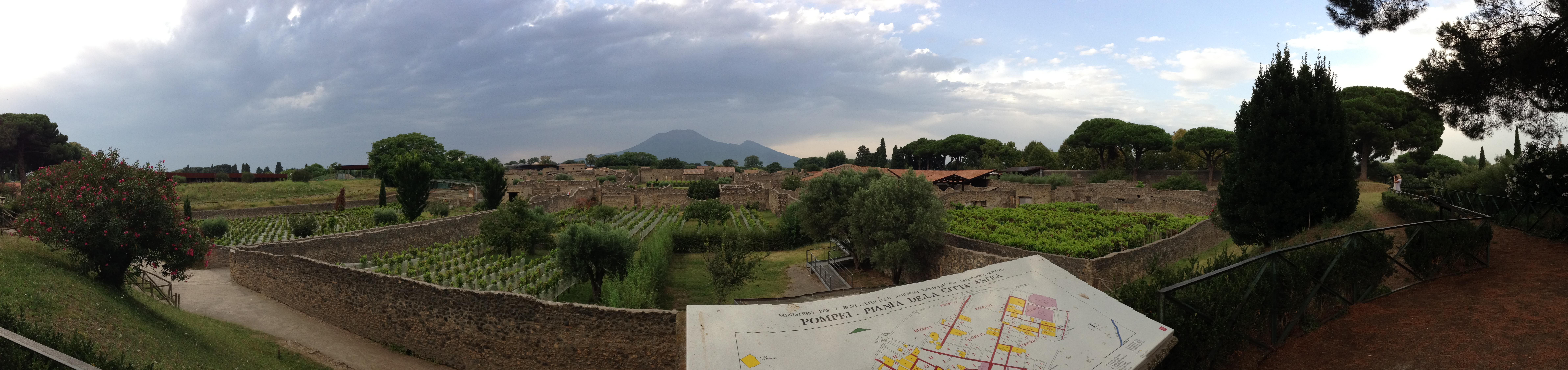 Панорама раскопок древнего города Помпеи, 2014 год. На заднем плане виден вулкан Везувий.