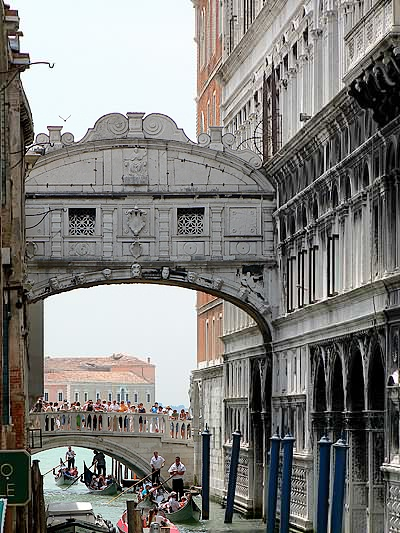 http://upload.wikimedia.org/wikipedia/commons/7/75/Pont_des_soupirs_2.jpg