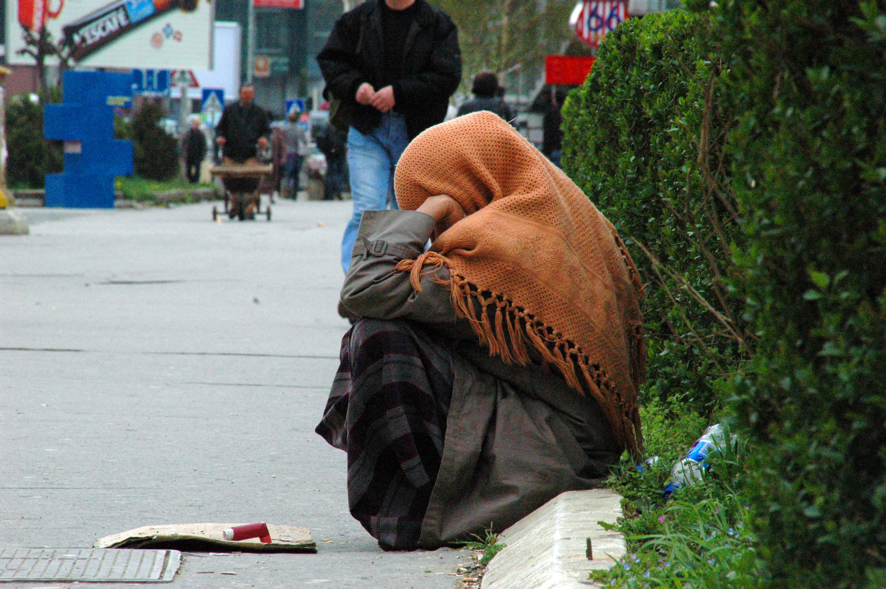 Bettlerin in Priština. Rund ein Drittel der Bevölkerung des Kosovo kommt am Tag mit weniger als 1,37 € aus.