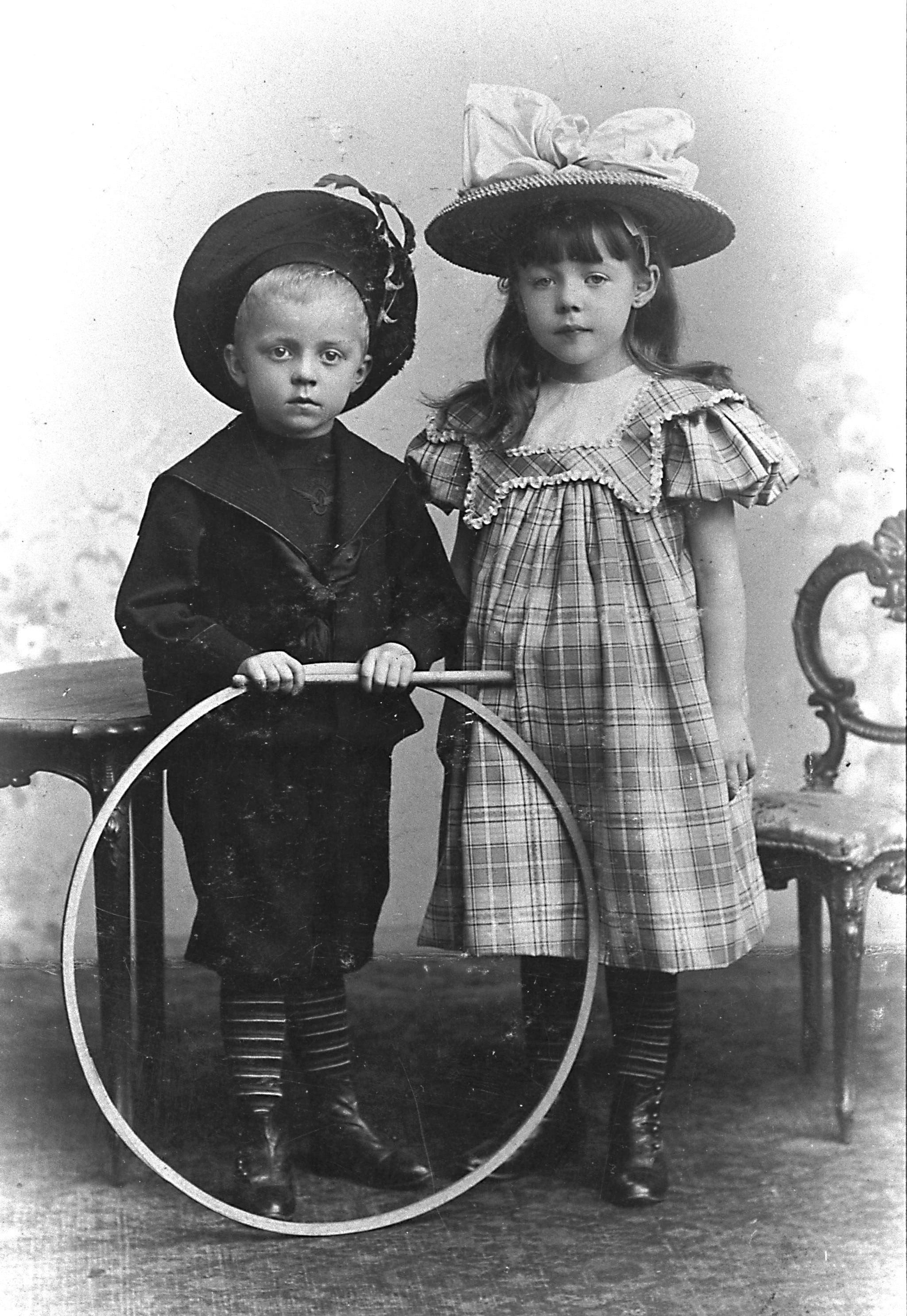 File:Siblings 1900 hg.jpg