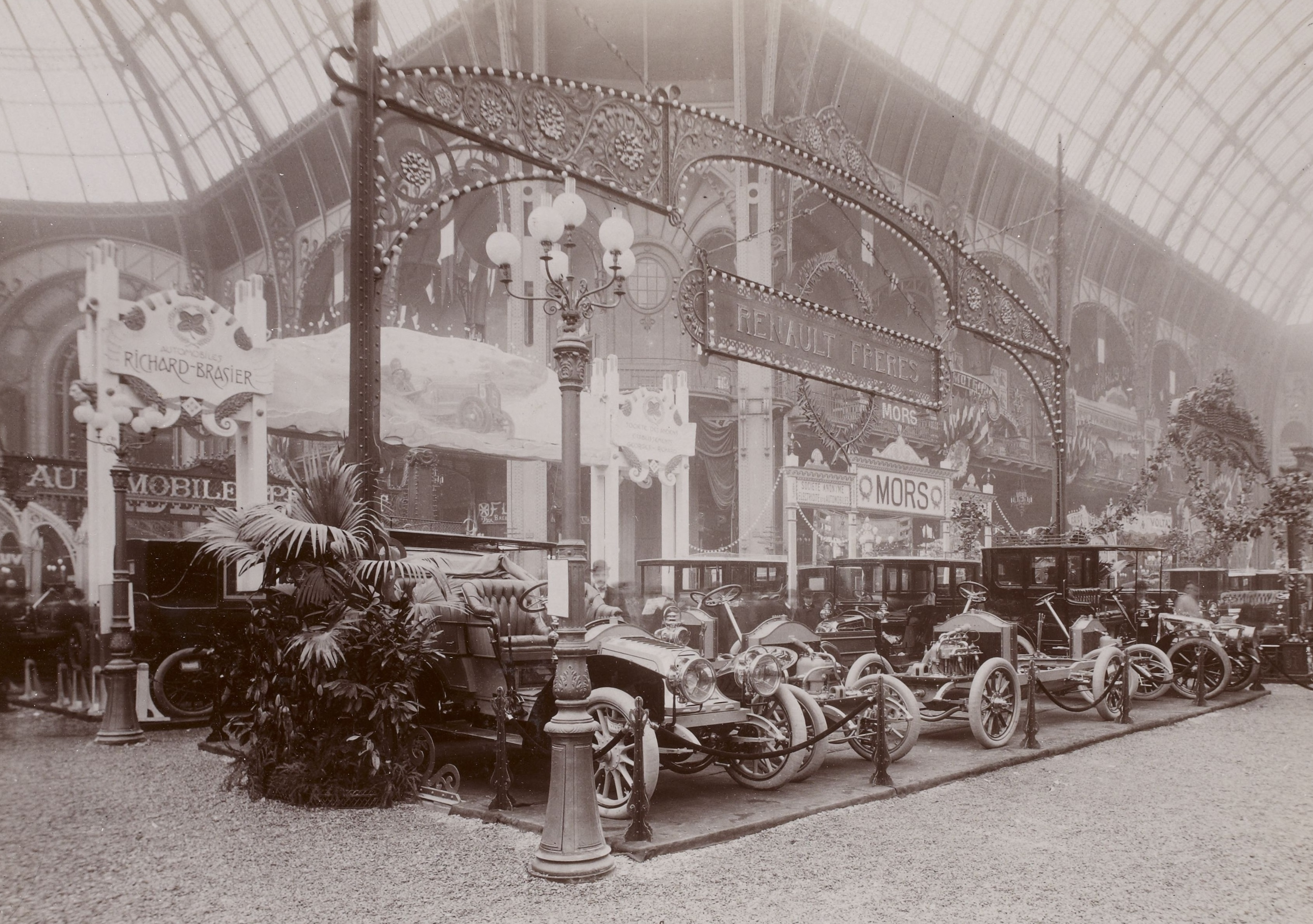 file stand renault fr res au salon de l 39 automobile de paris wikimedia commons. Black Bedroom Furniture Sets. Home Design Ideas