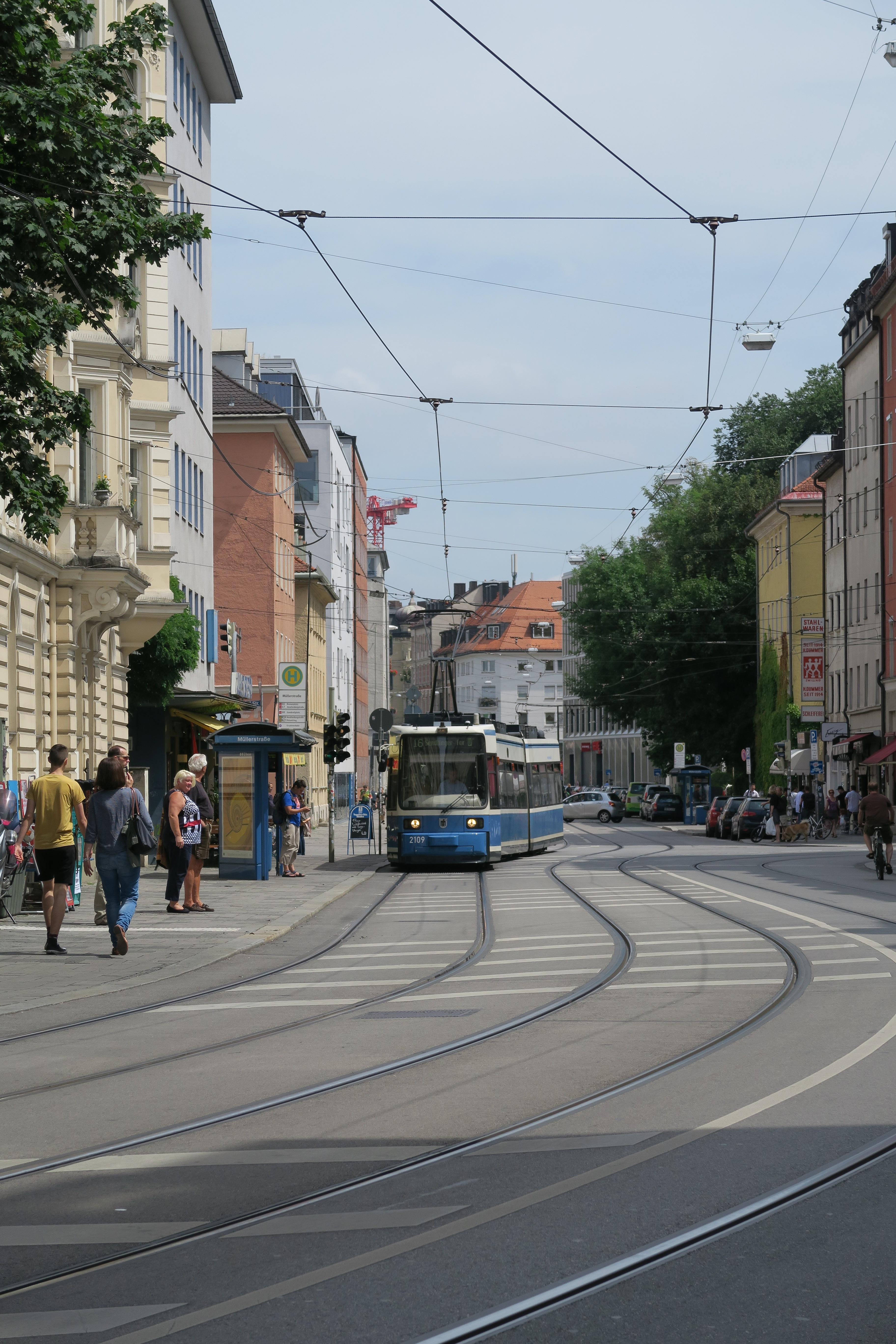 File:Straßenszene in der Müllerstraße in München.JPG - Wikimedia Commons