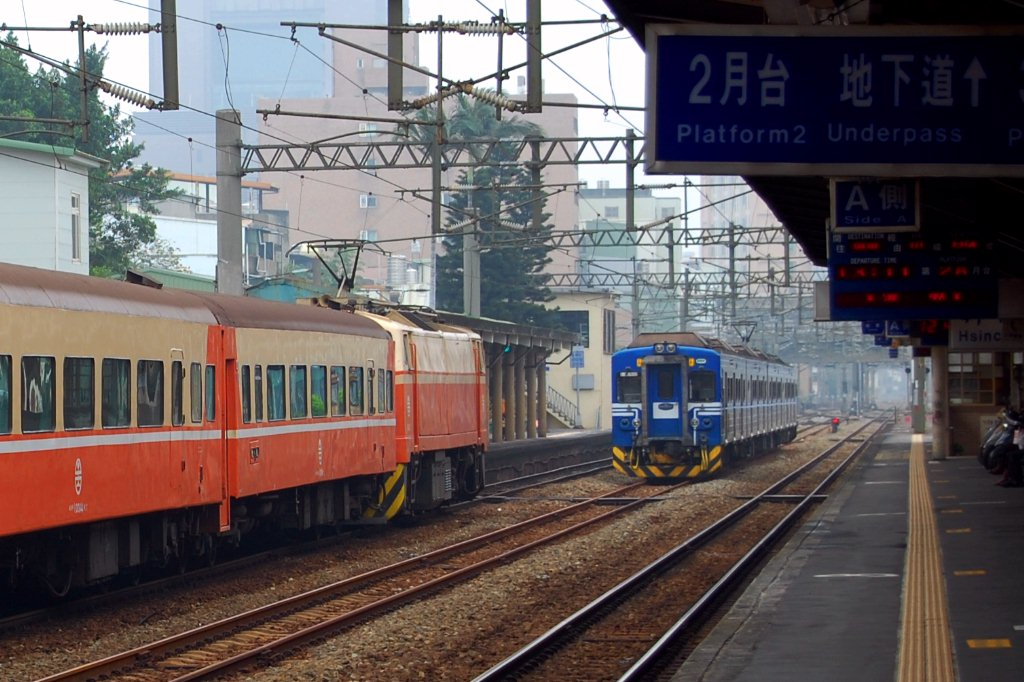 https://upload.wikimedia.org/wikipedia/commons/7/75/TRA_Chu-Kuang_Express_and_EMU500_at_Hsinchu_Station_20120722.jpg