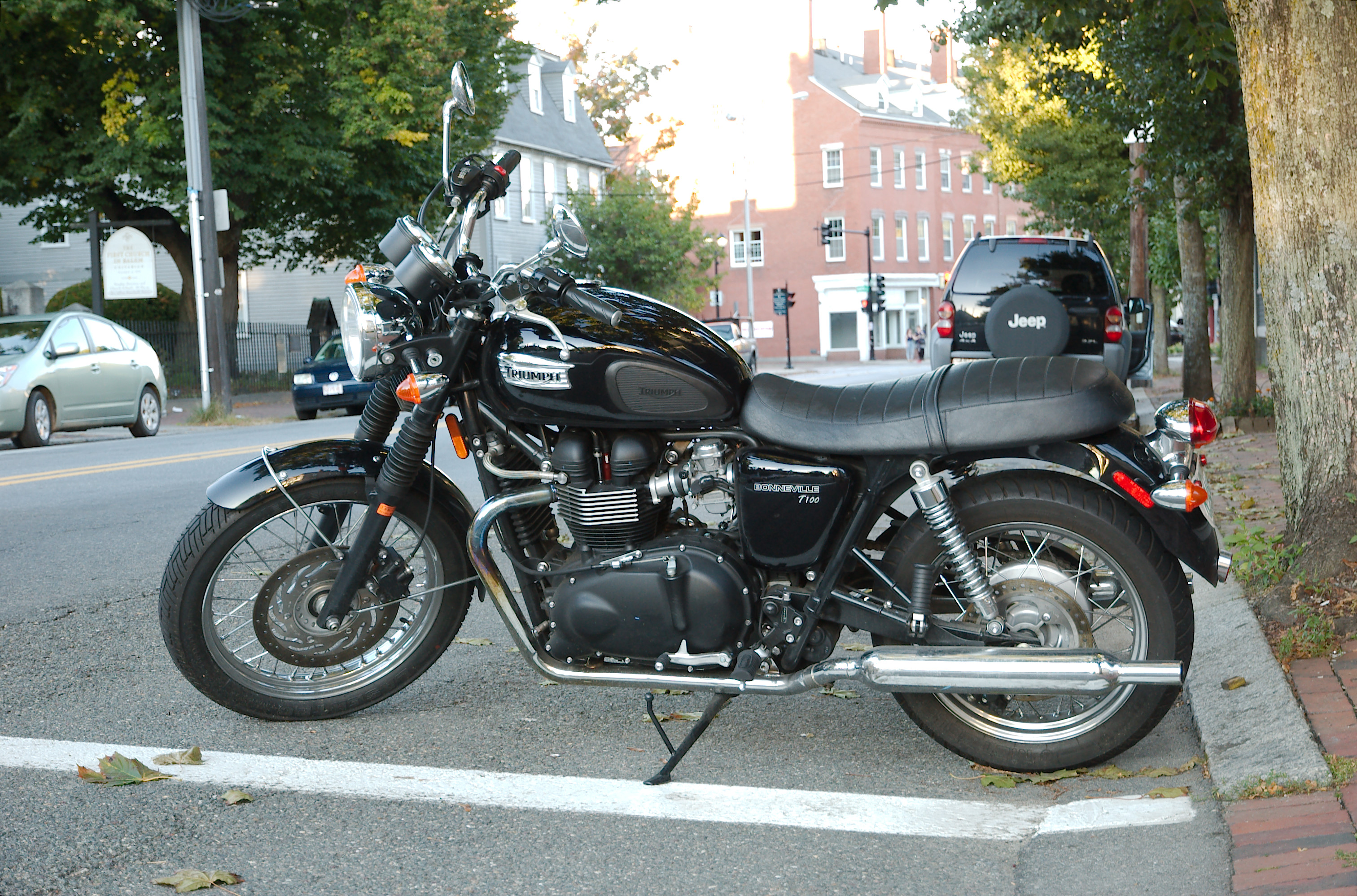 File:Triumph Bonneville T100, Left Side.jpg - Wikimedia Commons