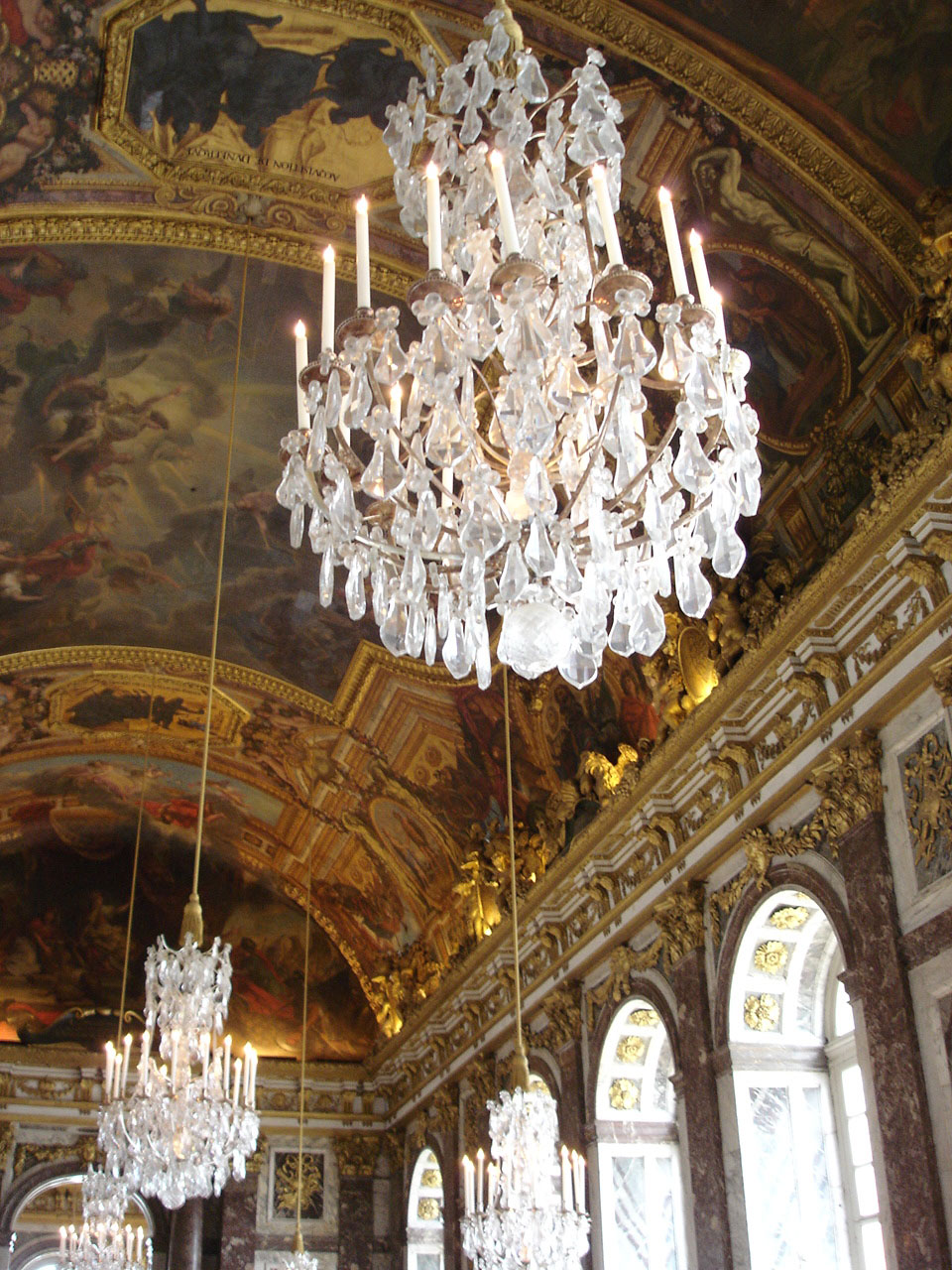 https://upload.wikimedia.org/wikipedia/commons/7/75/Versailles%2C_Galerie_des_glaces.jpg