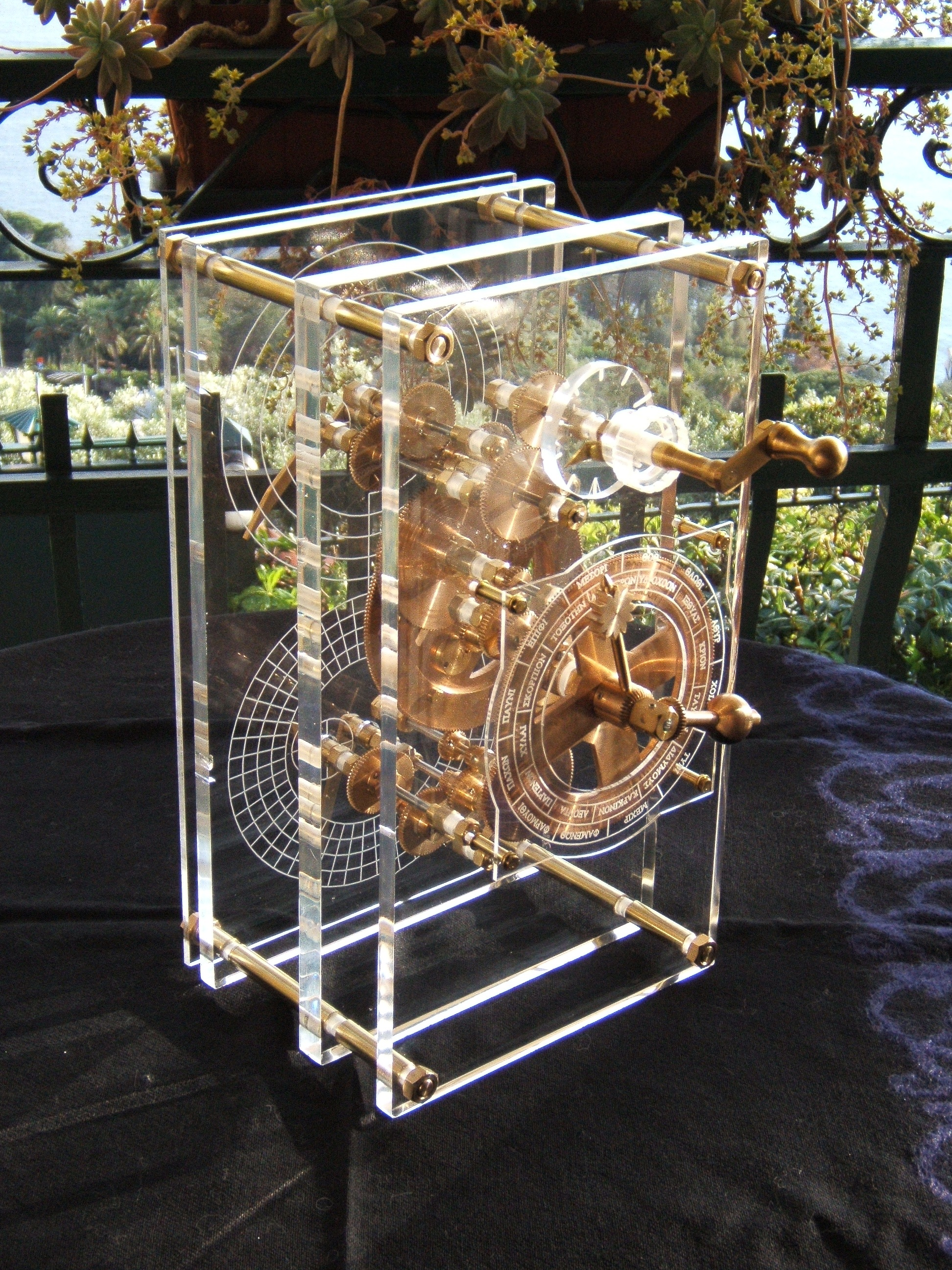 Antikythera_model_front_panel_Mogi_Vicen