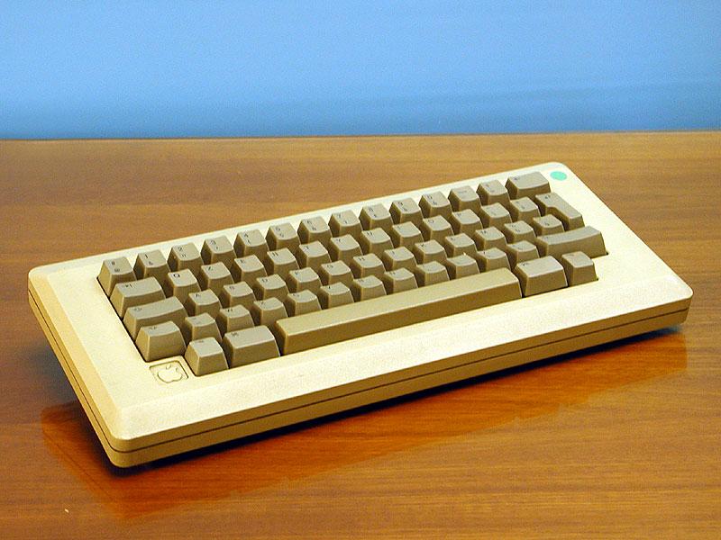 Apple Macintosh Keyboard. Al menos recordaron dejar las teclas del abecedario.