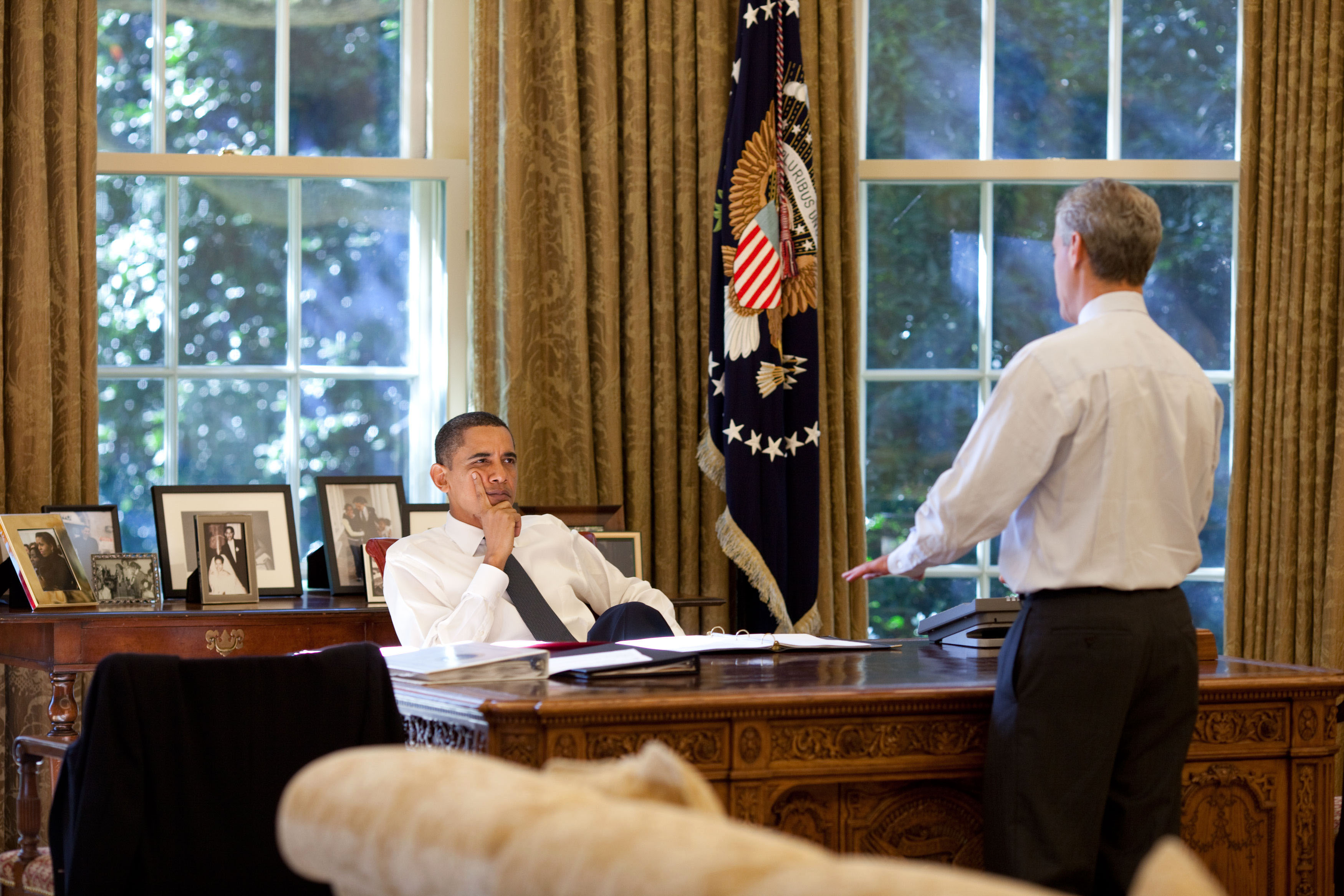 Obama Resolute Desk File Barack Obama And Rahm Emanuel In The Oval Office 10