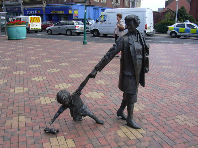 "Boulevard Sculpture ""Grandmother with Child"" by Alan Wilson 1996 - geograph.org.uk - 914043"