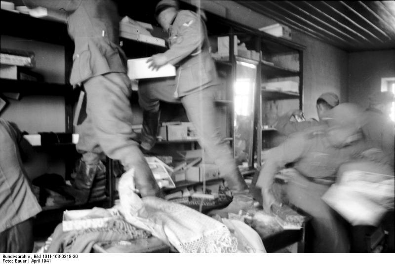 Bundesarchiv Bild 101I-163-0318-30, Griechenland, deutsche Soldaten in Geschäft.jpg