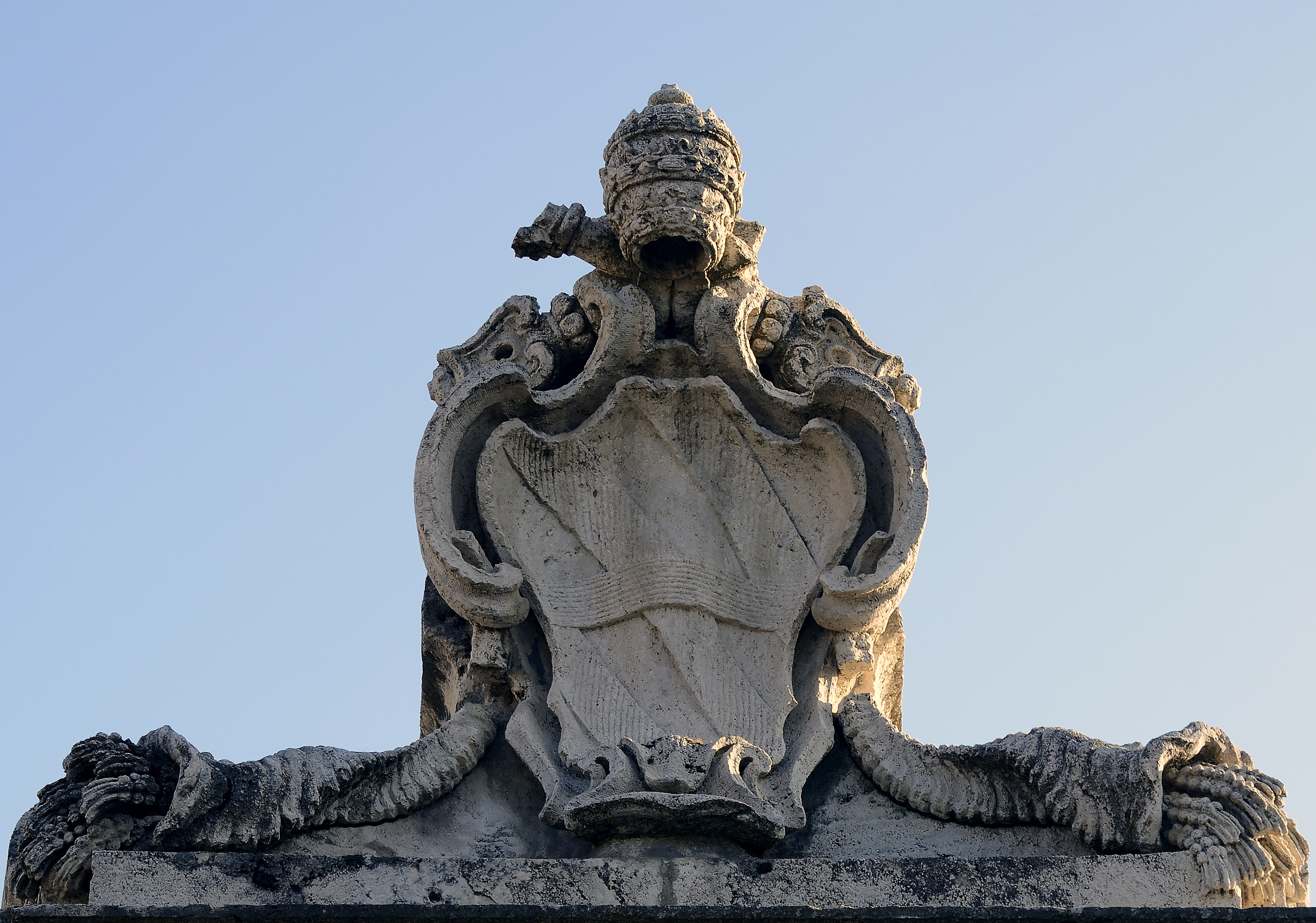 File:Coat of arms of Clemens XII on fountain vermicino of Luigi  Vanvitelli.jpg - Wikimedia Commons