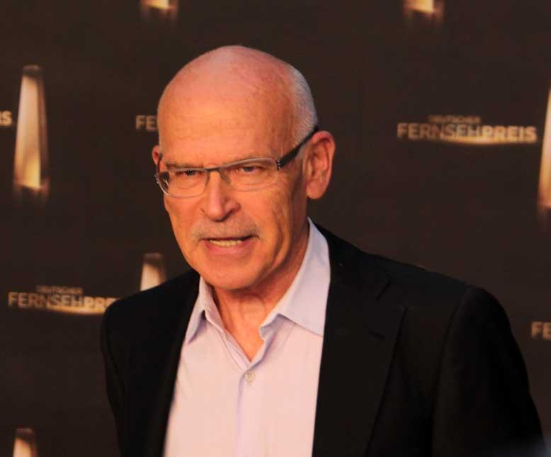 https://upload.wikimedia.org/wikipedia/commons/7/76/Deutscher_Fernsehpreis_2012_-_G%C3%BCnter_Wallraff.jpg