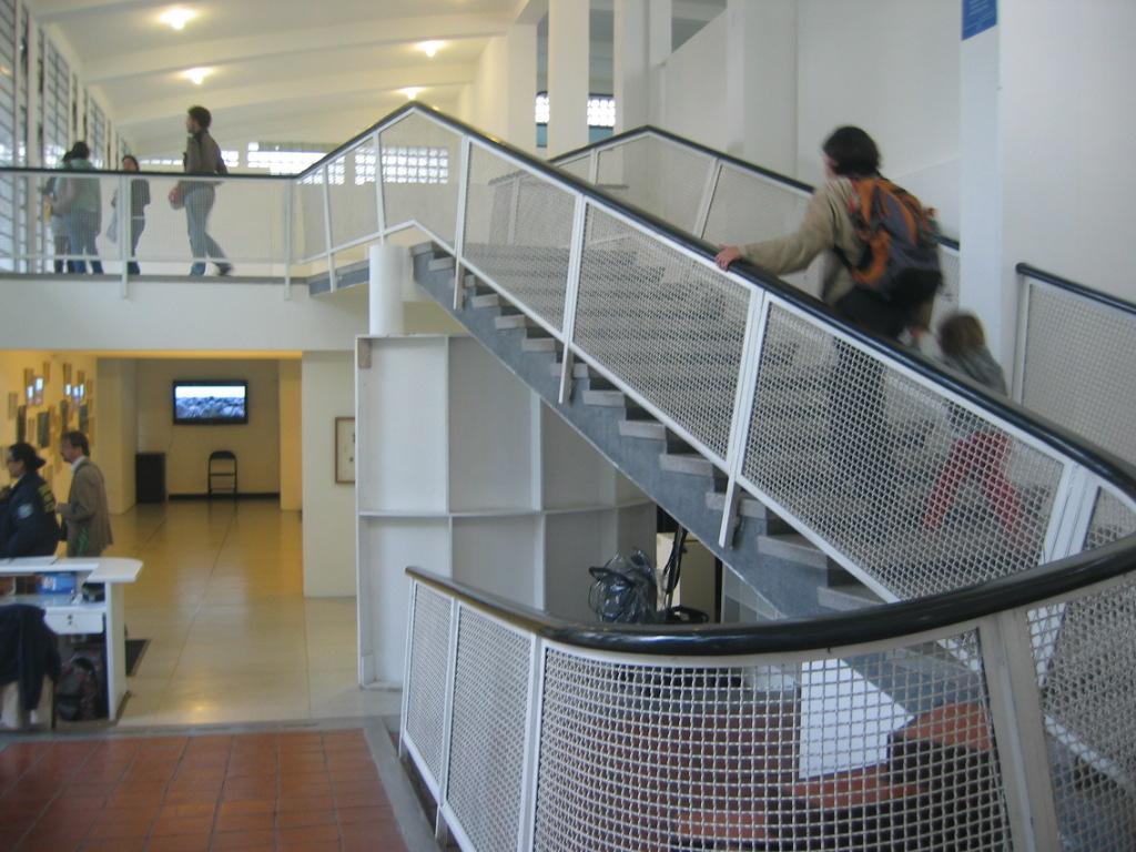 File escalera principal museo leopoldo for Escalera discapacitados
