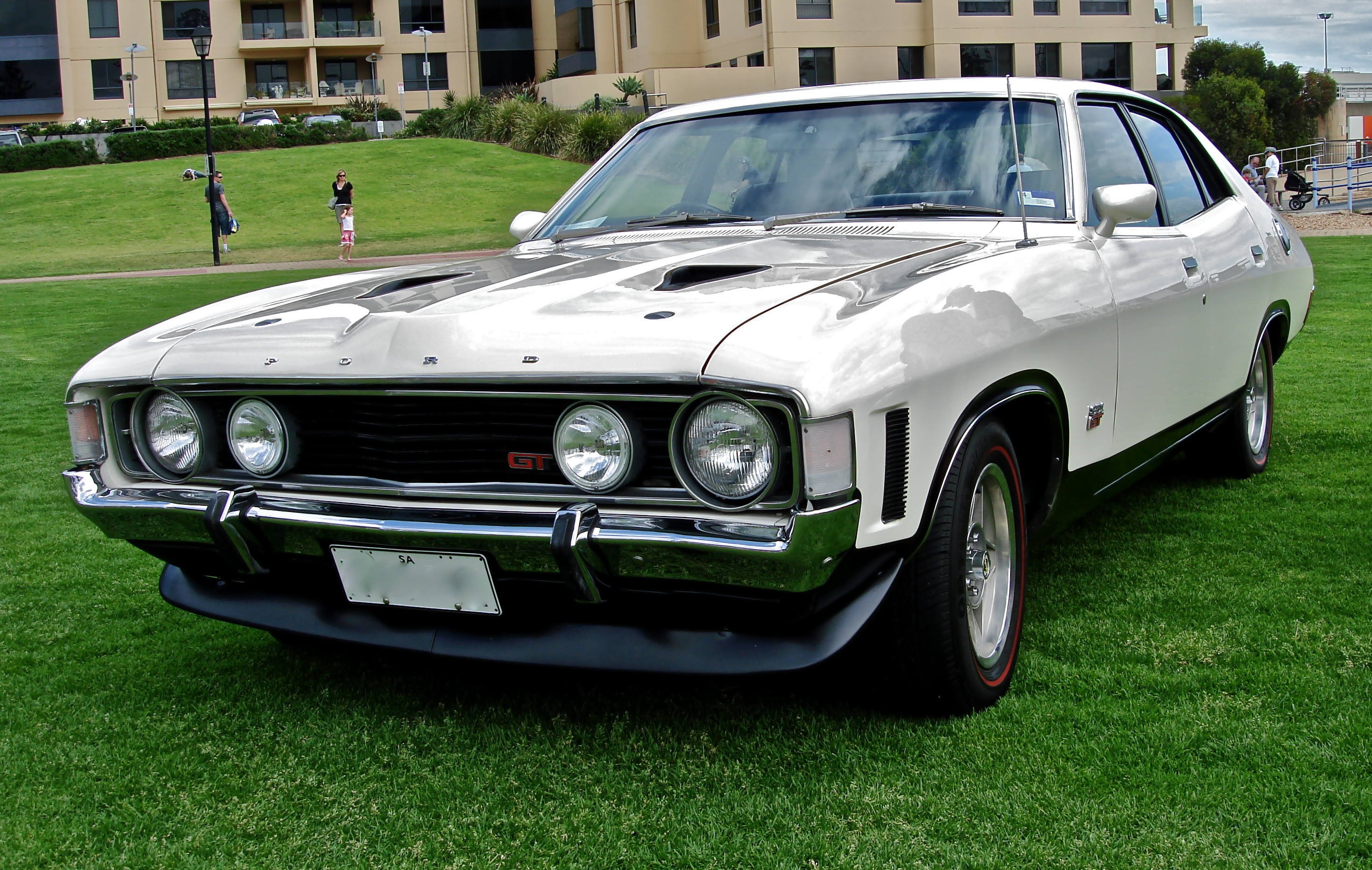 Description Ford Falcon XA GT sedan.JPG