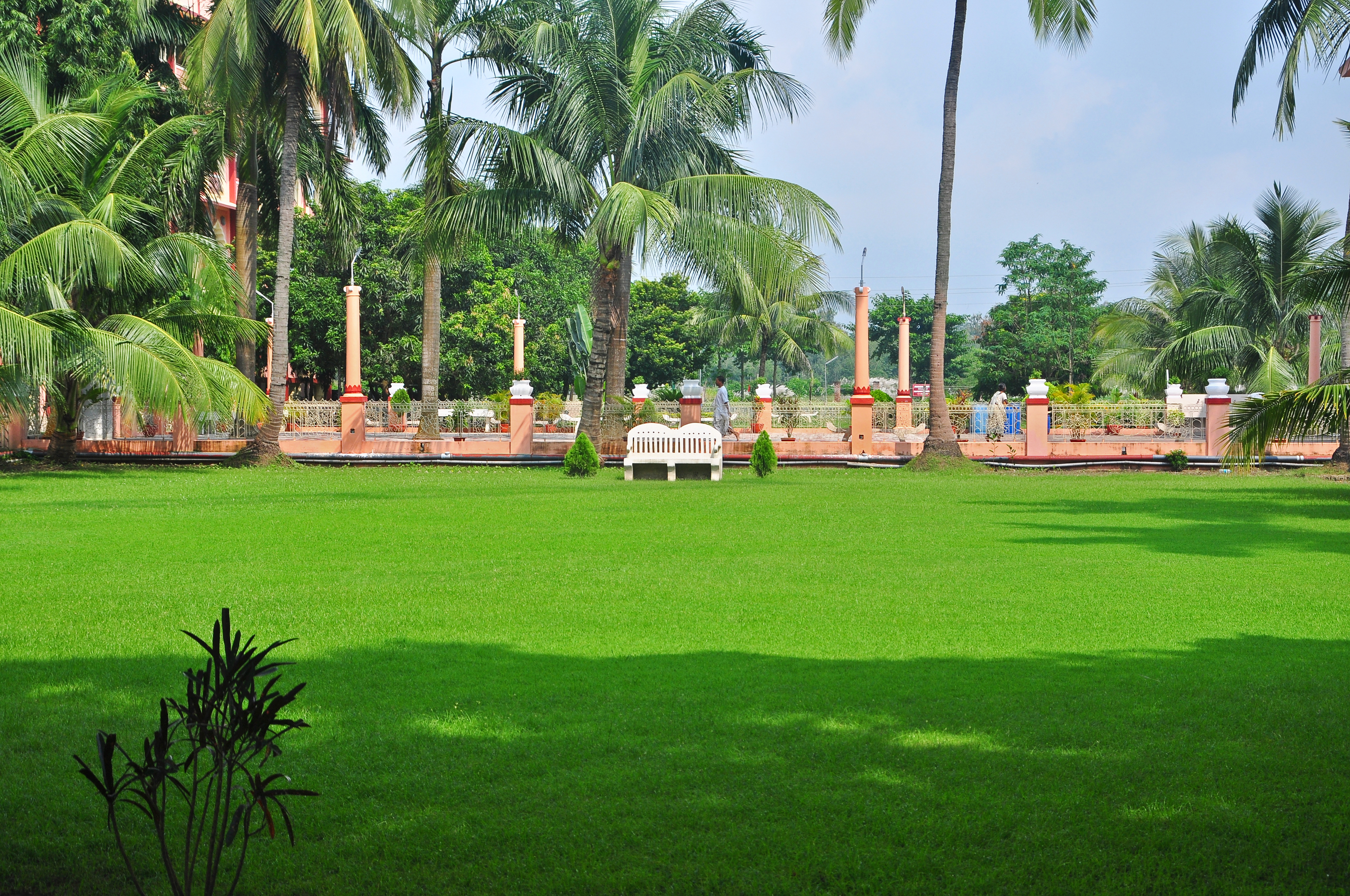 File:Garden at ISKCON, Mayapur 07102013 jpg - Wikimedia Commons
