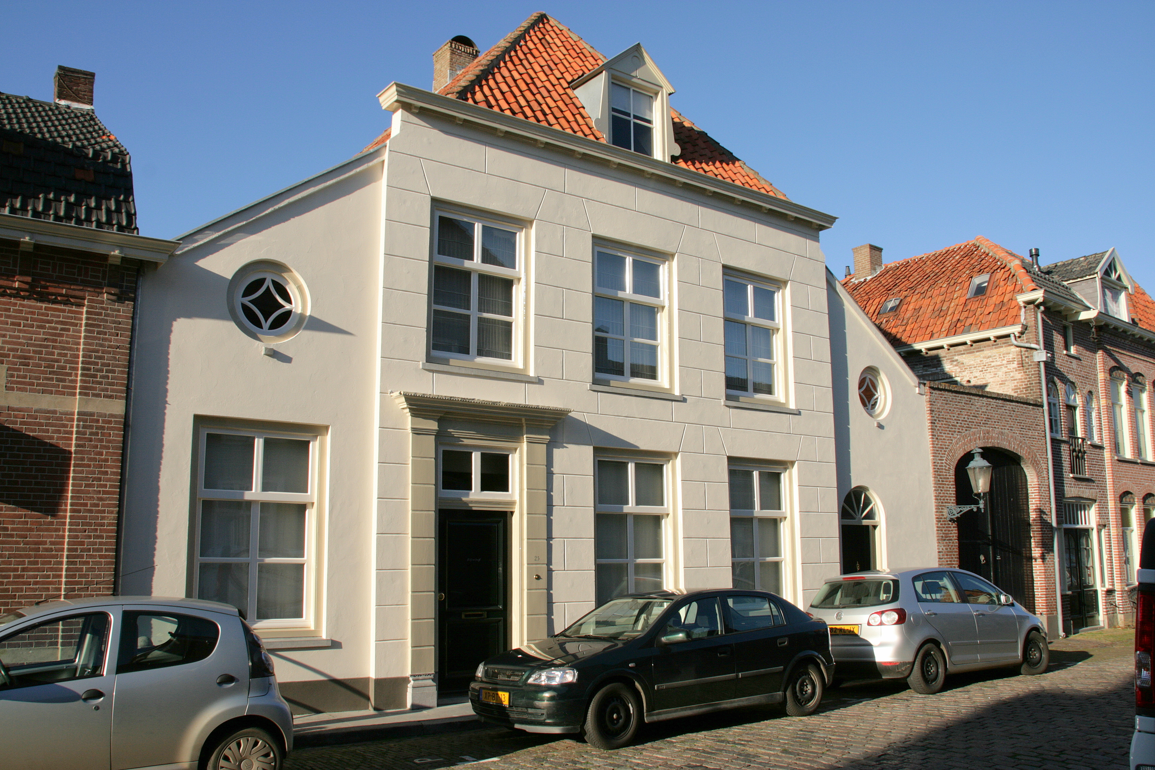 Huis onder met rode pannen belegd schilddak en met lijstgevel waarin geblokte ingang omlijsting - Huis ingang ...