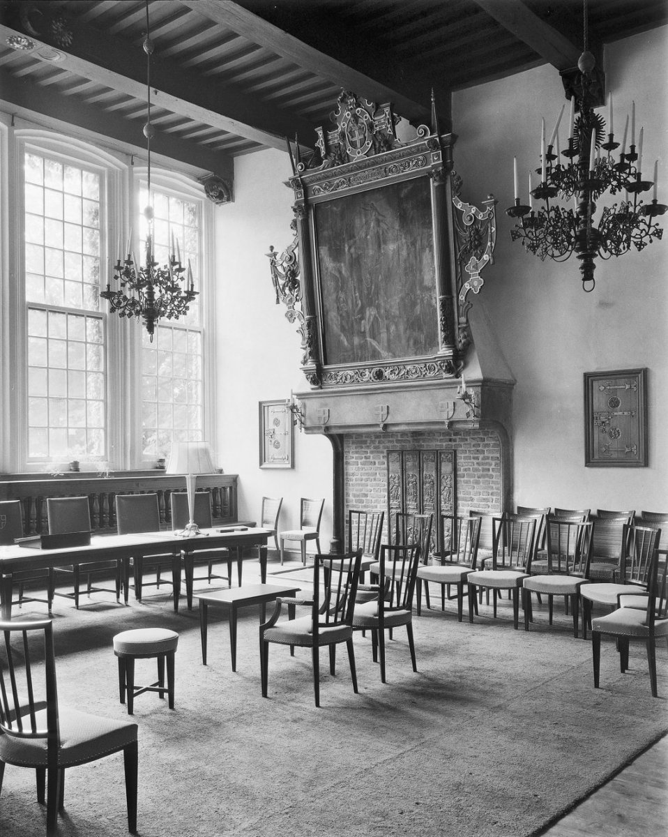 https://upload.wikimedia.org/wikipedia/commons/7/76/Interieur_schepenzaal_-_Zwolle_-_20228831_-_RCE.jpg