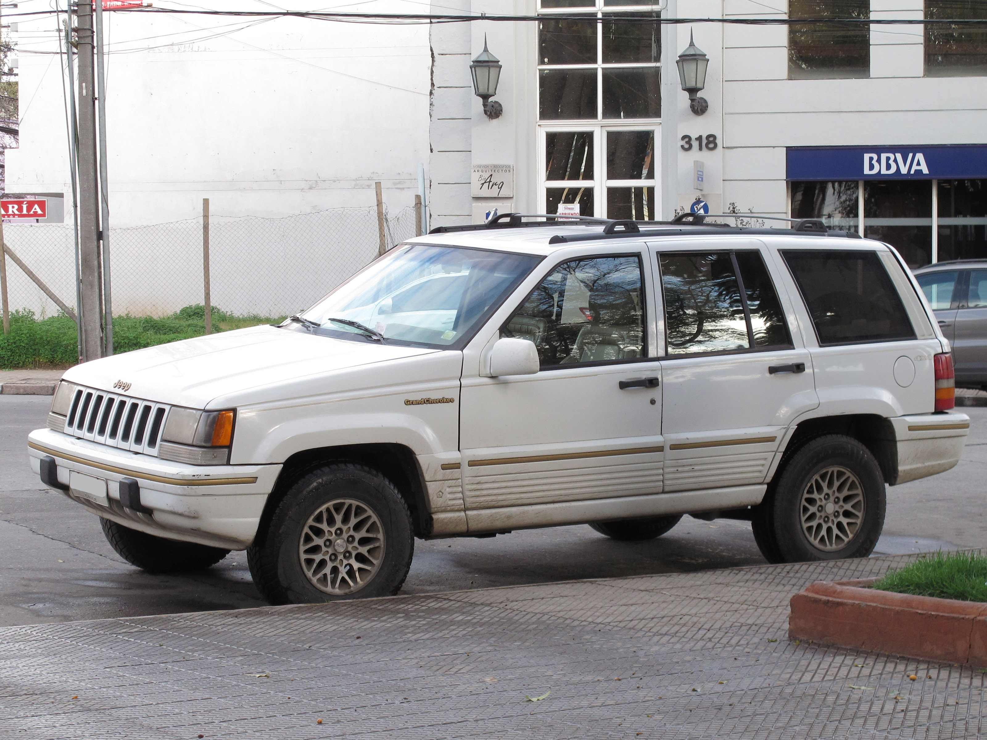 File:Jeep Grand Cherokee 5.2 Limited 1994 (15086111640)
