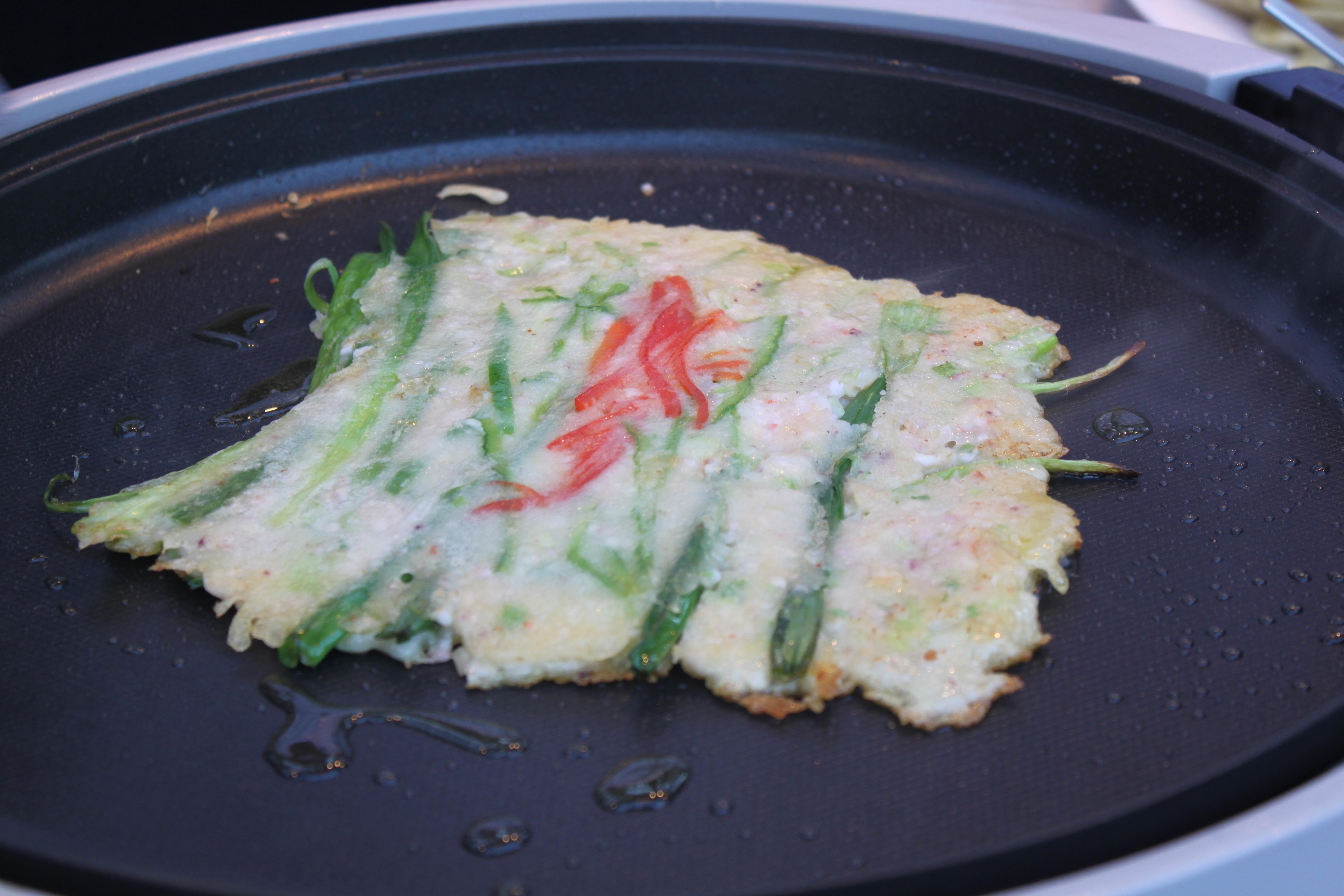 File:Korean scallion pancake-Pajeon on a pan-01.jpg - Wikimedia ...