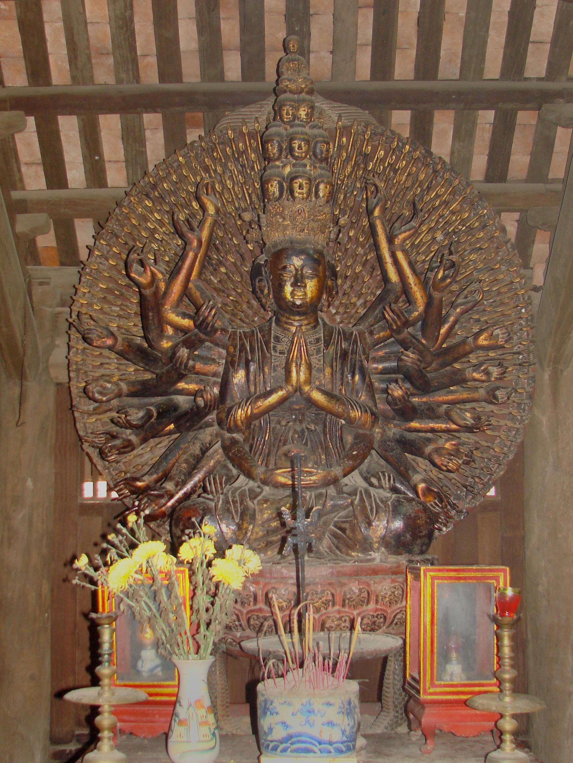 https://upload.wikimedia.org/wikipedia/commons/7/76/La_statue_de_Quan_Am_dans_la_pagode_But_Thap.jpg