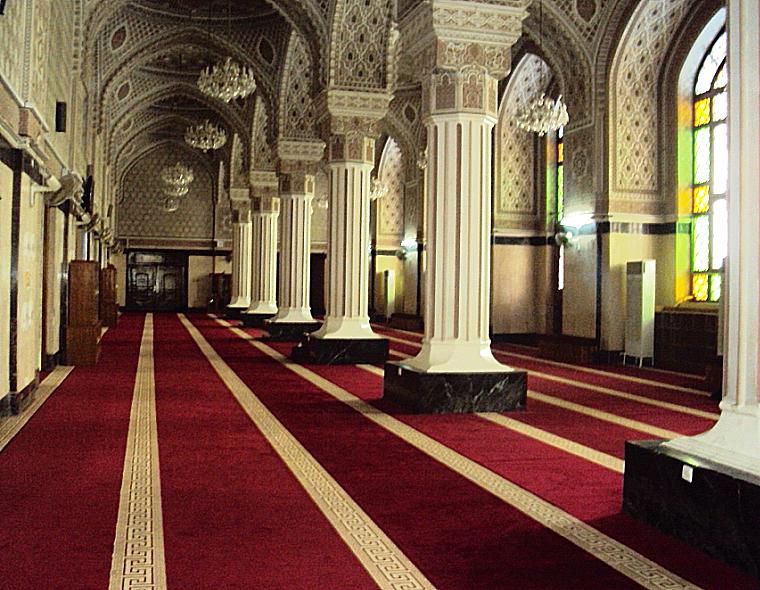 Main_hall_of_the_Abu_Hanifa_mosque.jpg