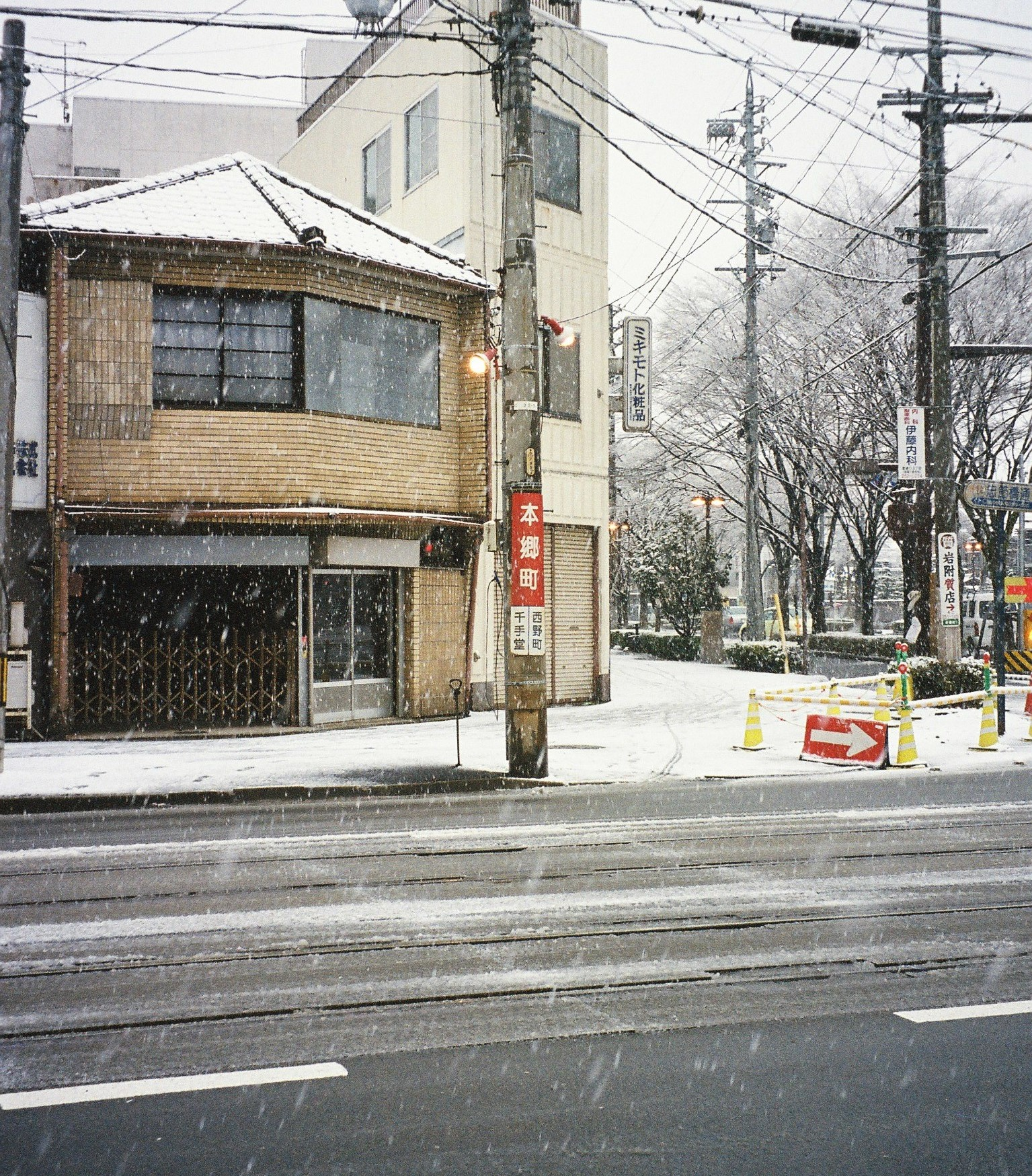 https://upload.wikimedia.org/wikipedia/commons/7/76/Meitetu_Hongocho_Station_200412.jpg