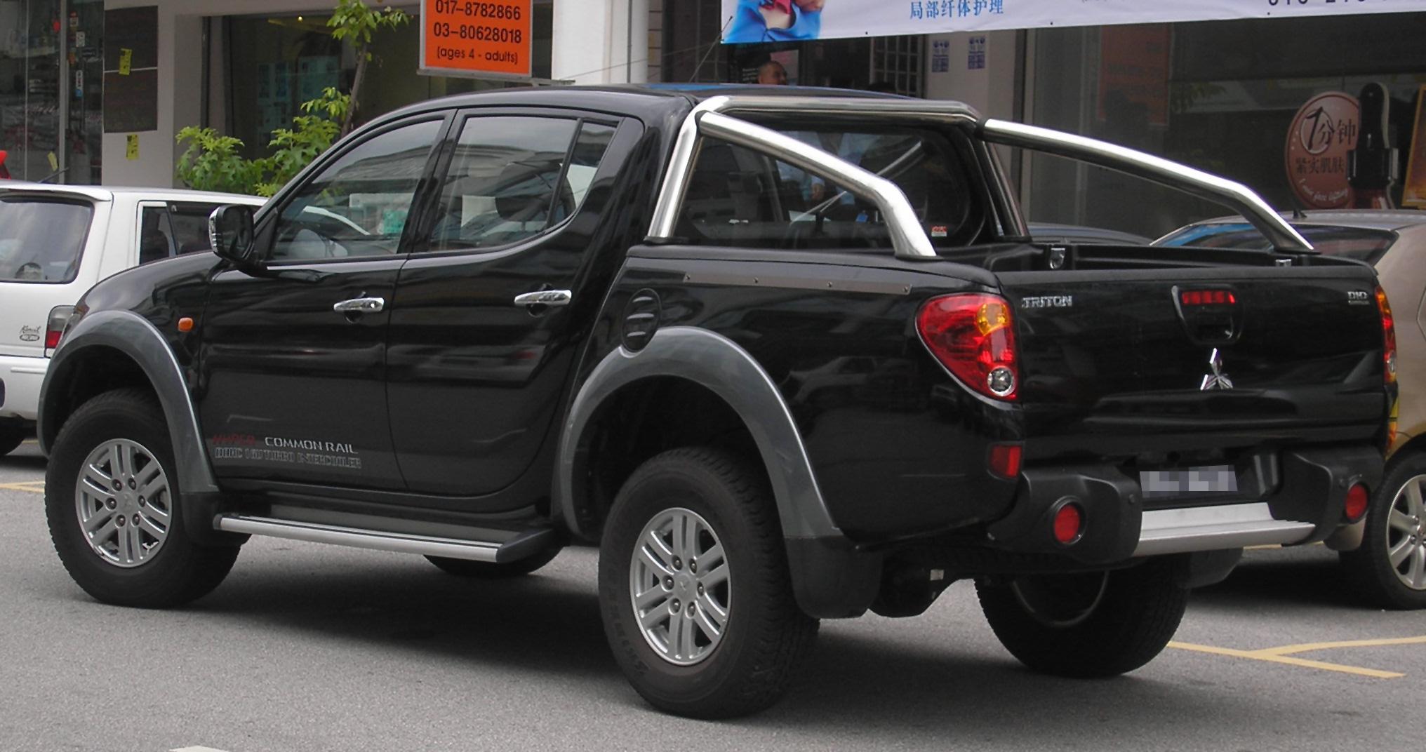 File:Mitsubishi Triton (first Generation) (rear), Serdang