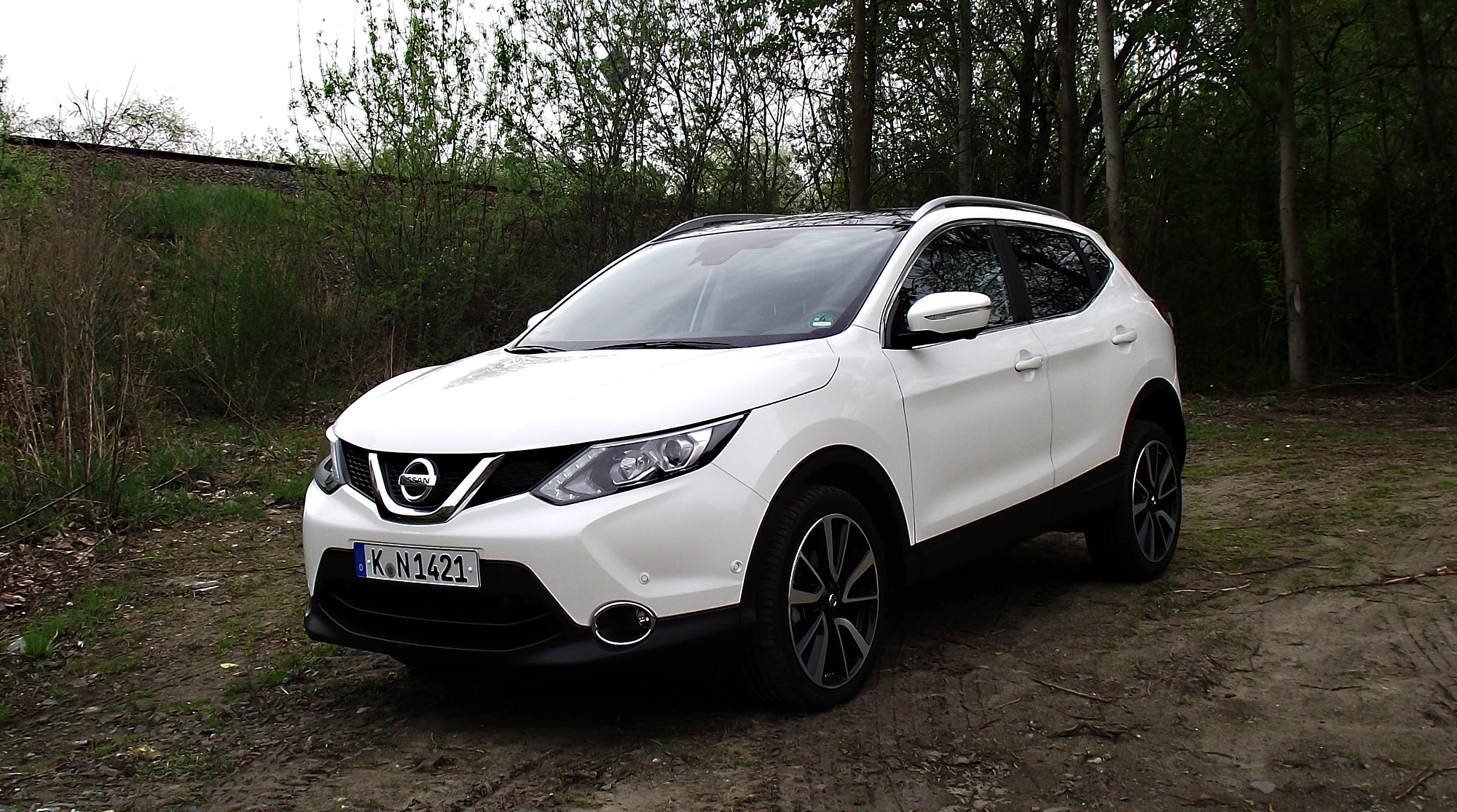 file nissan qashqai 1 6 dci all mode 4x4i tekna qab pearl white metallic vorderansicht bahndamm. Black Bedroom Furniture Sets. Home Design Ideas