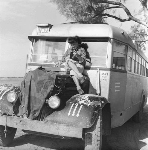 חיילת על אוטובוס במלחמת העצמאות
