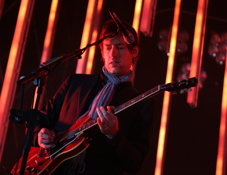 Ed tocando su Gibson ES-335.