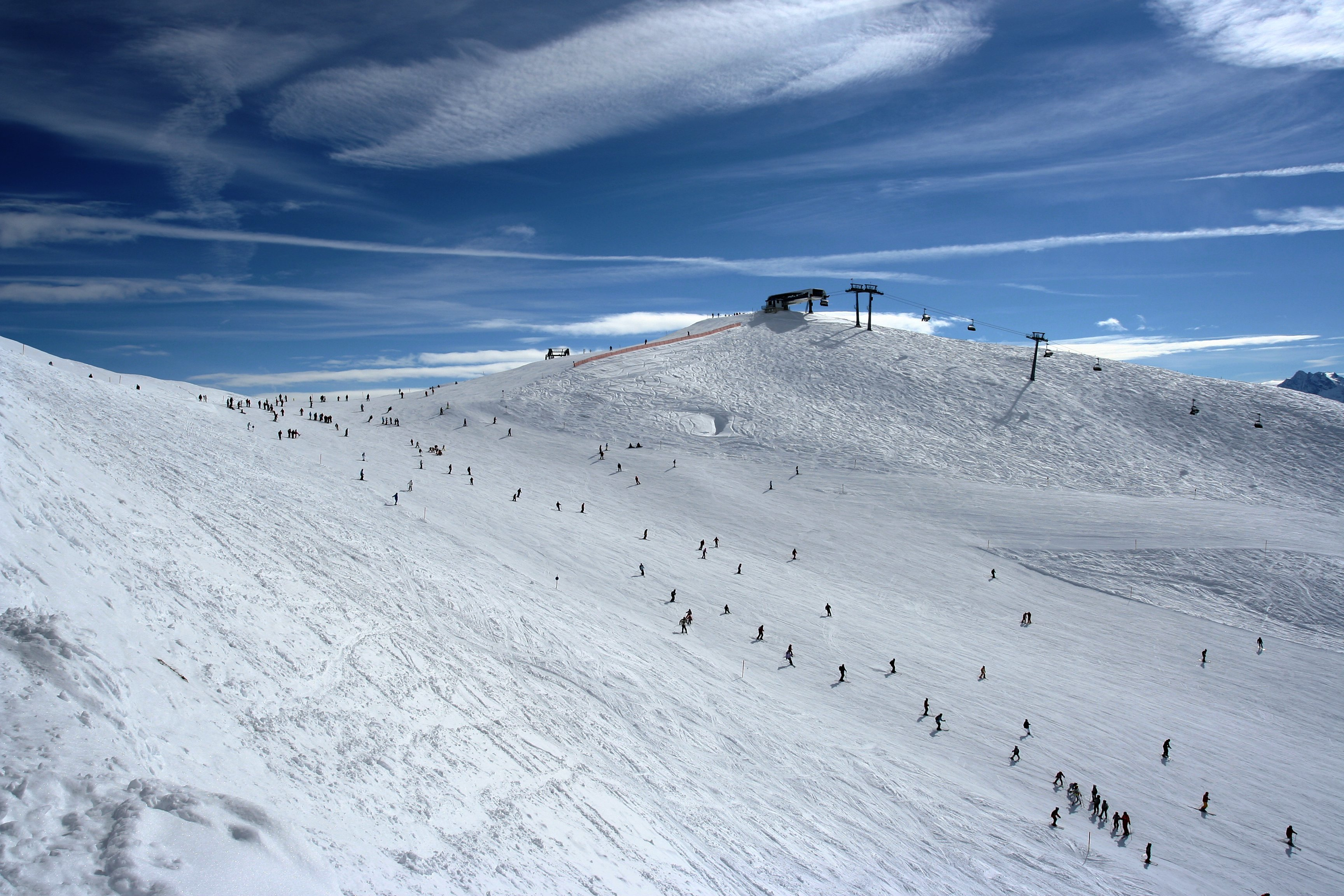 https://upload.wikimedia.org/wikipedia/commons/7/76/Rastkogel_ski_slope.jpg