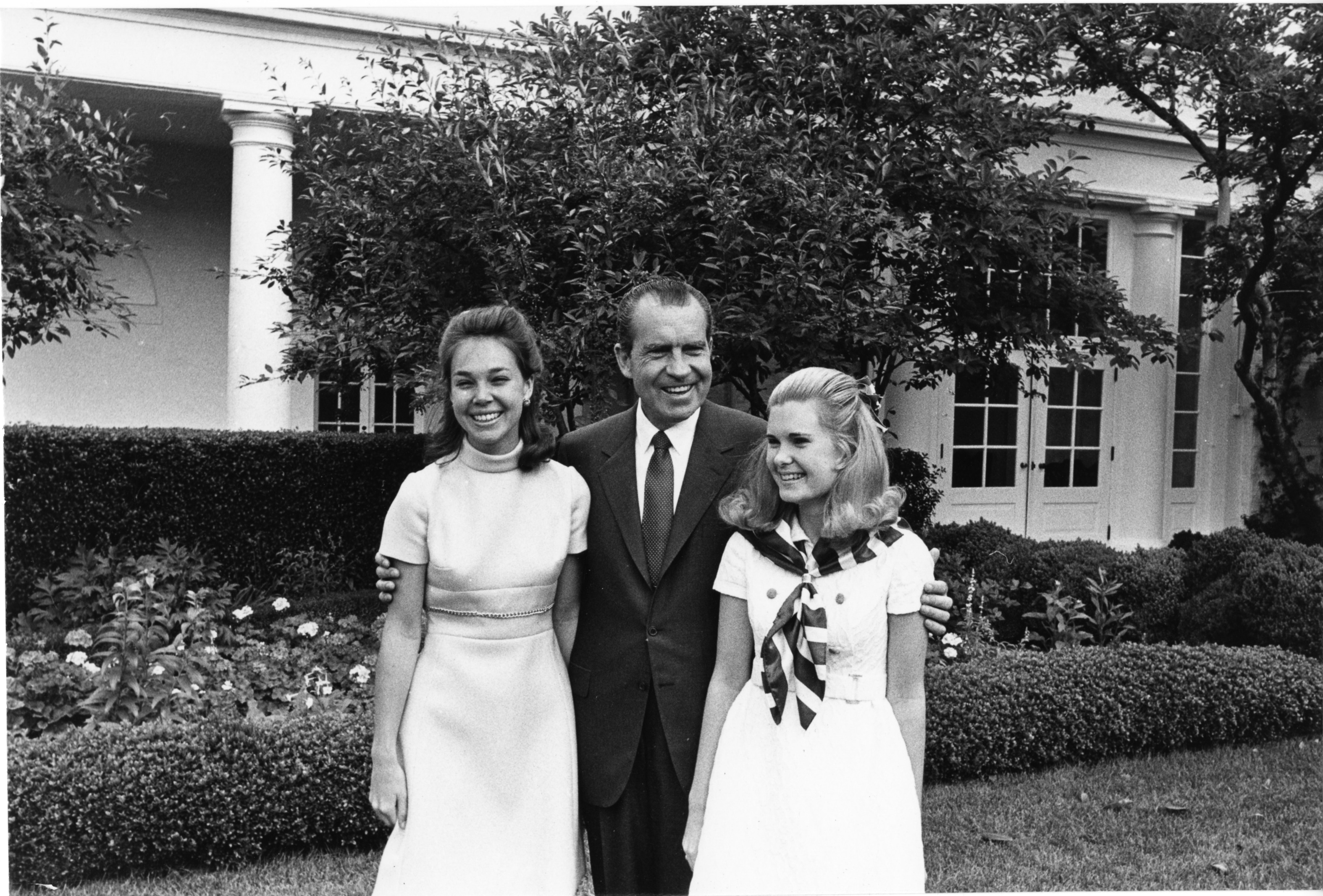 File:Richard Nixon with his daughters.jpg - Wikimedia Commons