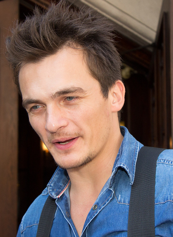 The 36-year old son of father (?) and mother(?) Rupert Friend in 2018 photo. Rupert Friend earned a  million dollar salary - leaving the net worth at 4 million in 2018