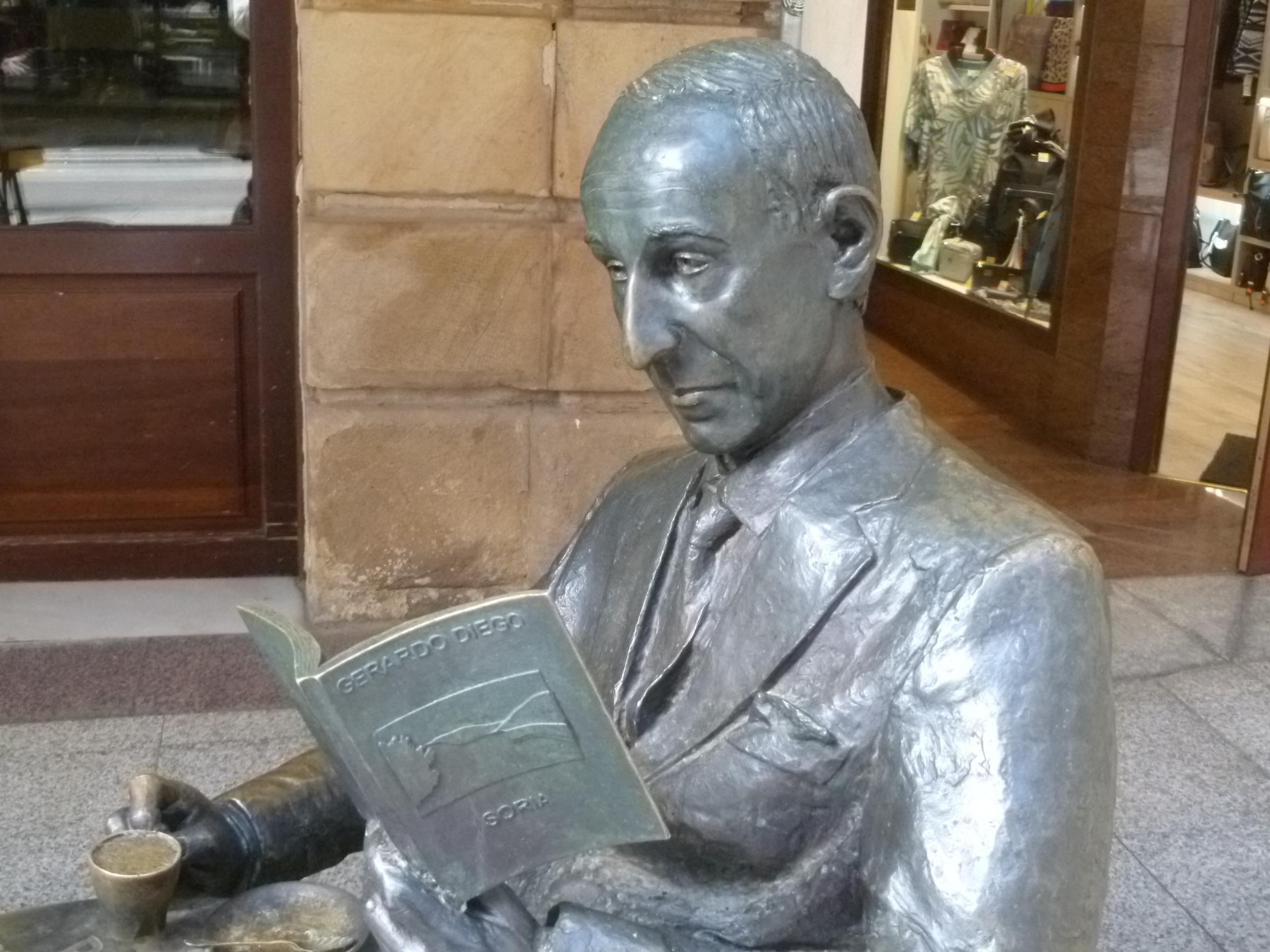 Estatua de Gerardo Diego en Soria