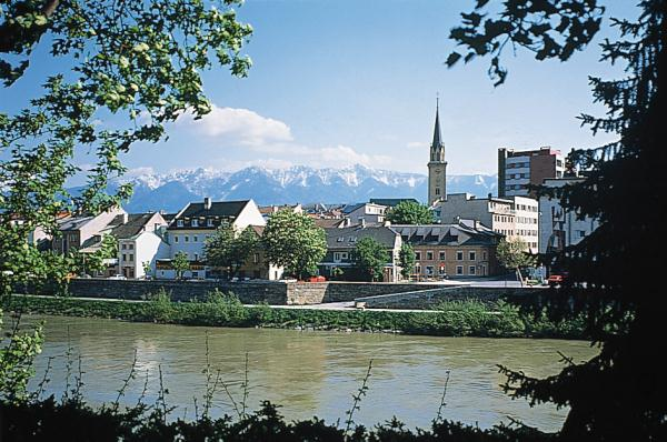 https://upload.wikimedia.org/wikipedia/commons/7/76/Villach_%28view_towards_the_south%29.jpeg