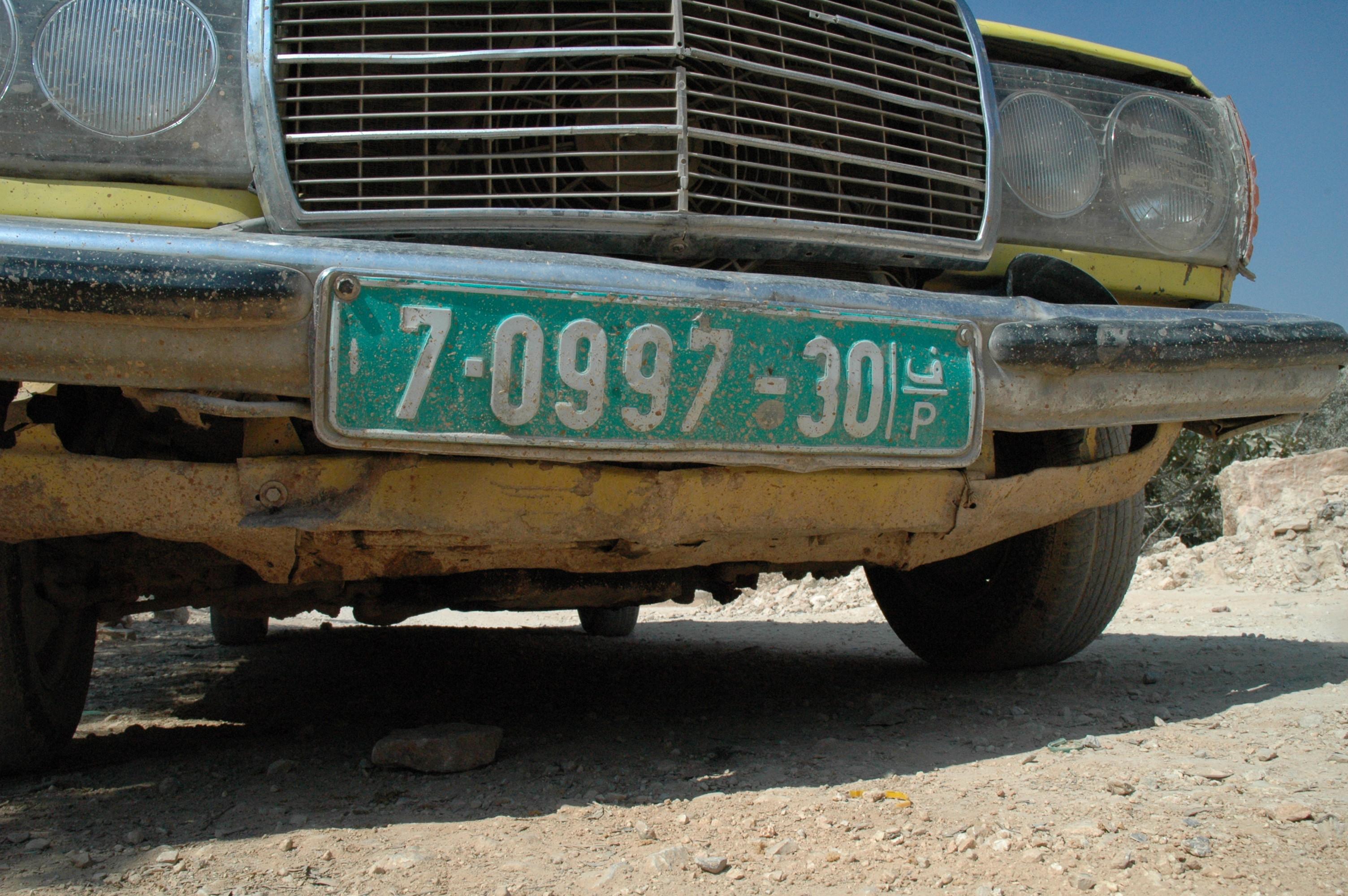 vorderes Nummernschild an einem Auto