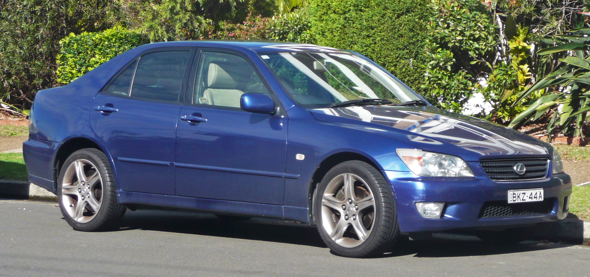 Lexus Is 200 >> File:1999-2005 Lexus IS 200 (GXE10R) sedan 01.jpg - Wikimedia Commons