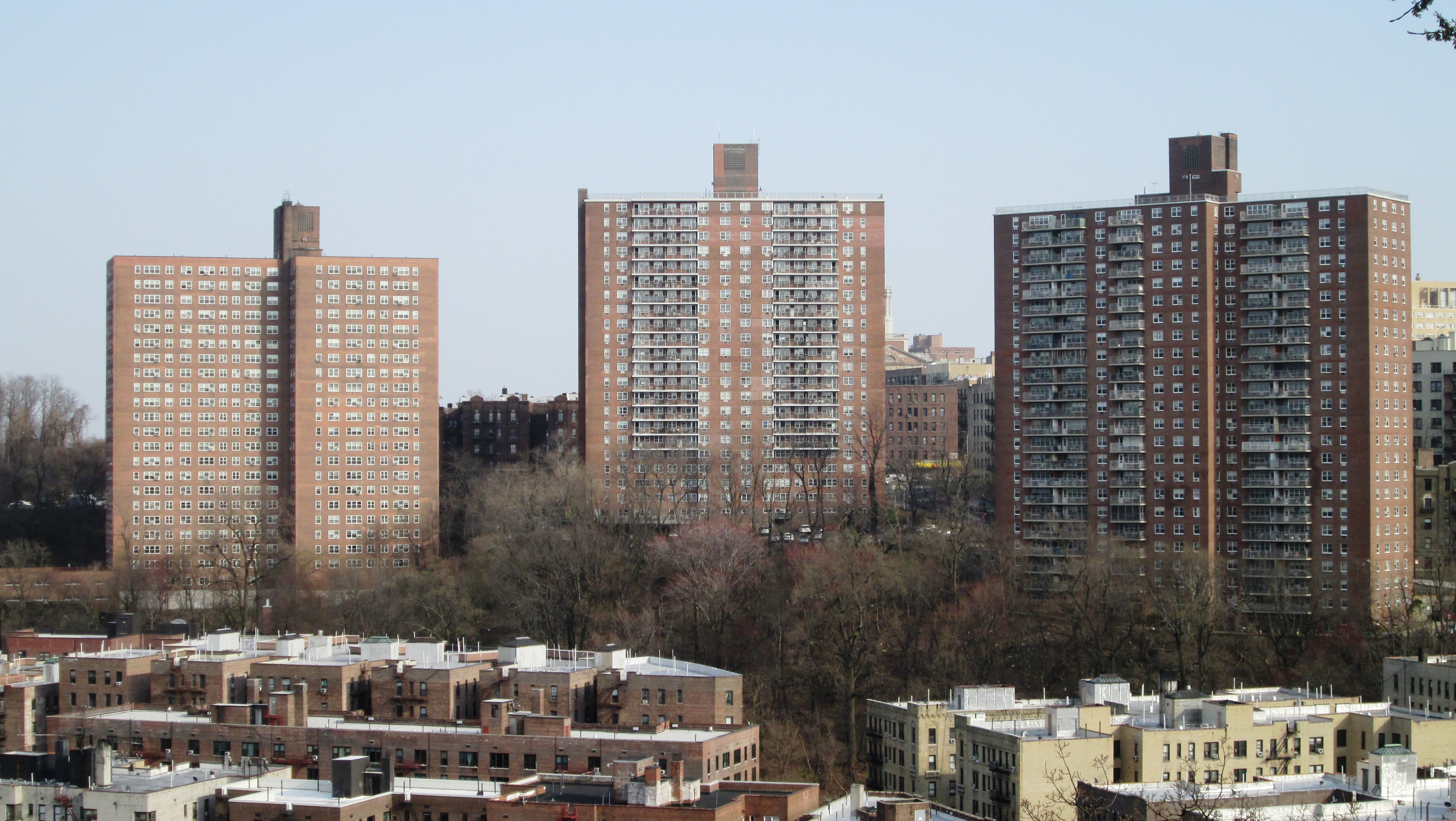 2018_Fort_Tryon_Park_-_view_of_NYCHA_Dyc