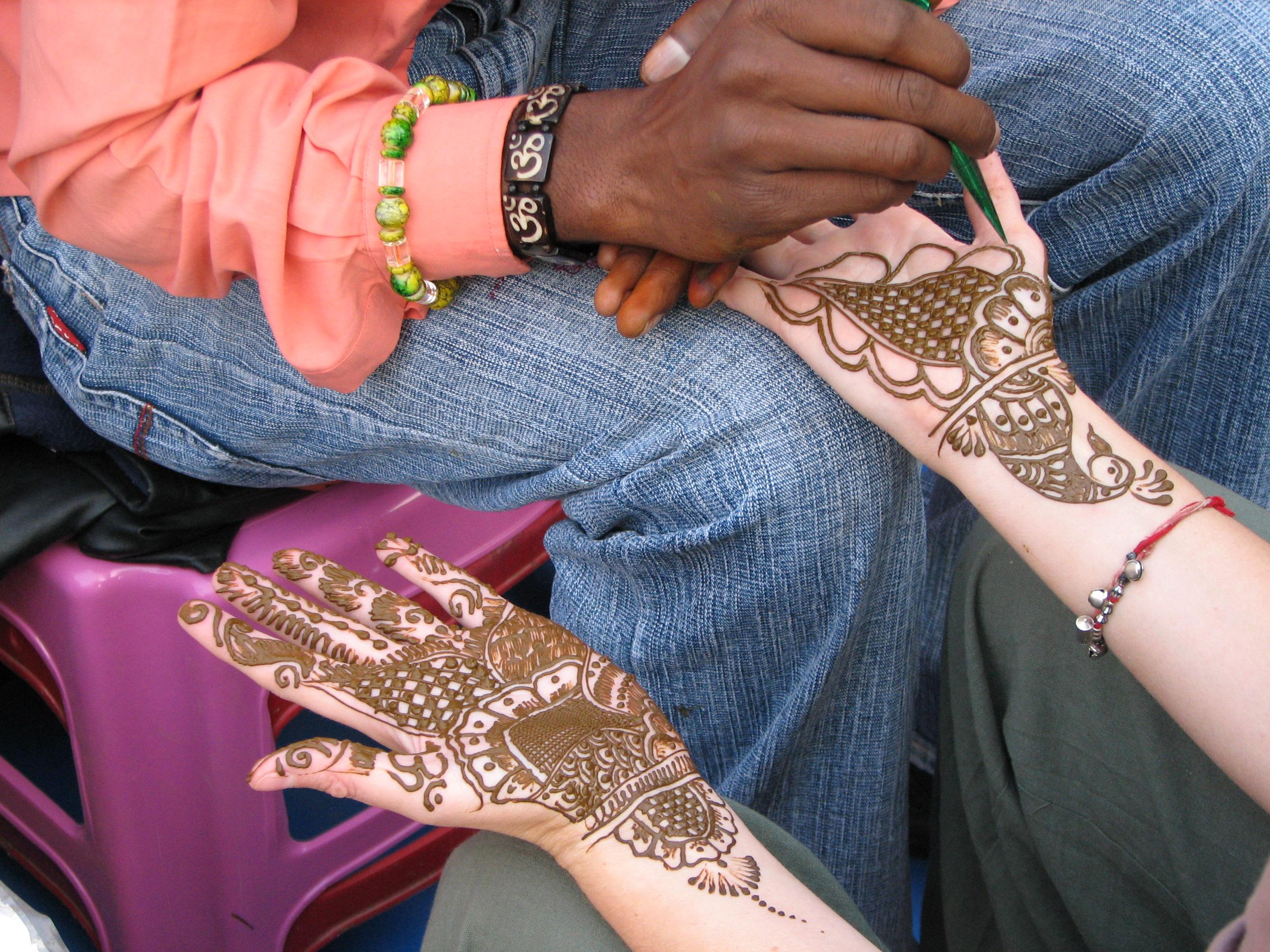 Mehenditaiteilija työssä. By McKay Savage from Chennai, India, CC-BY-2.0