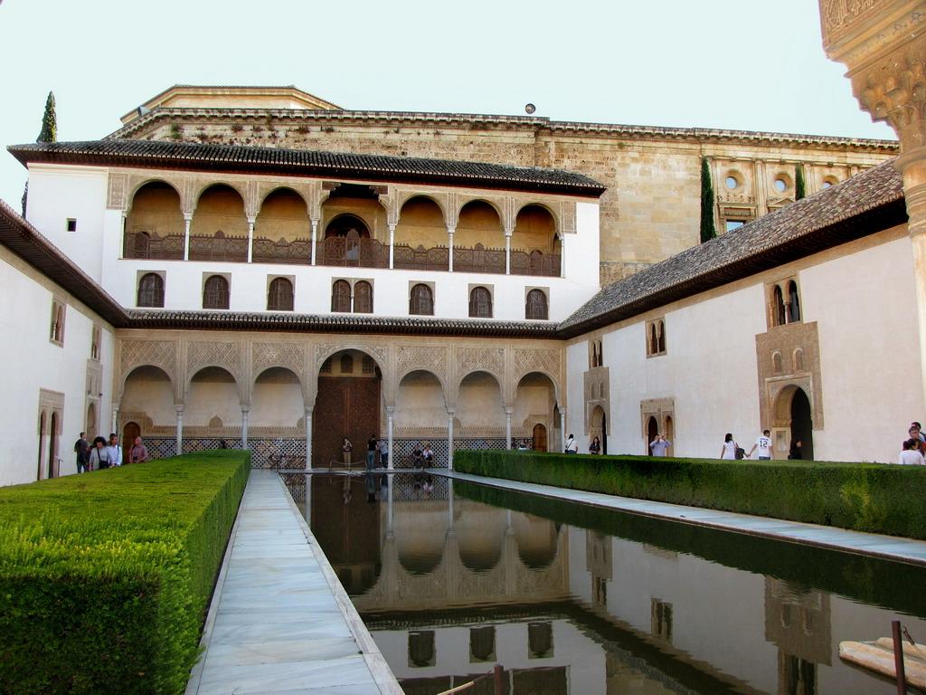 File alhambra patio de comares de la alberca o de los for Albercas de patio