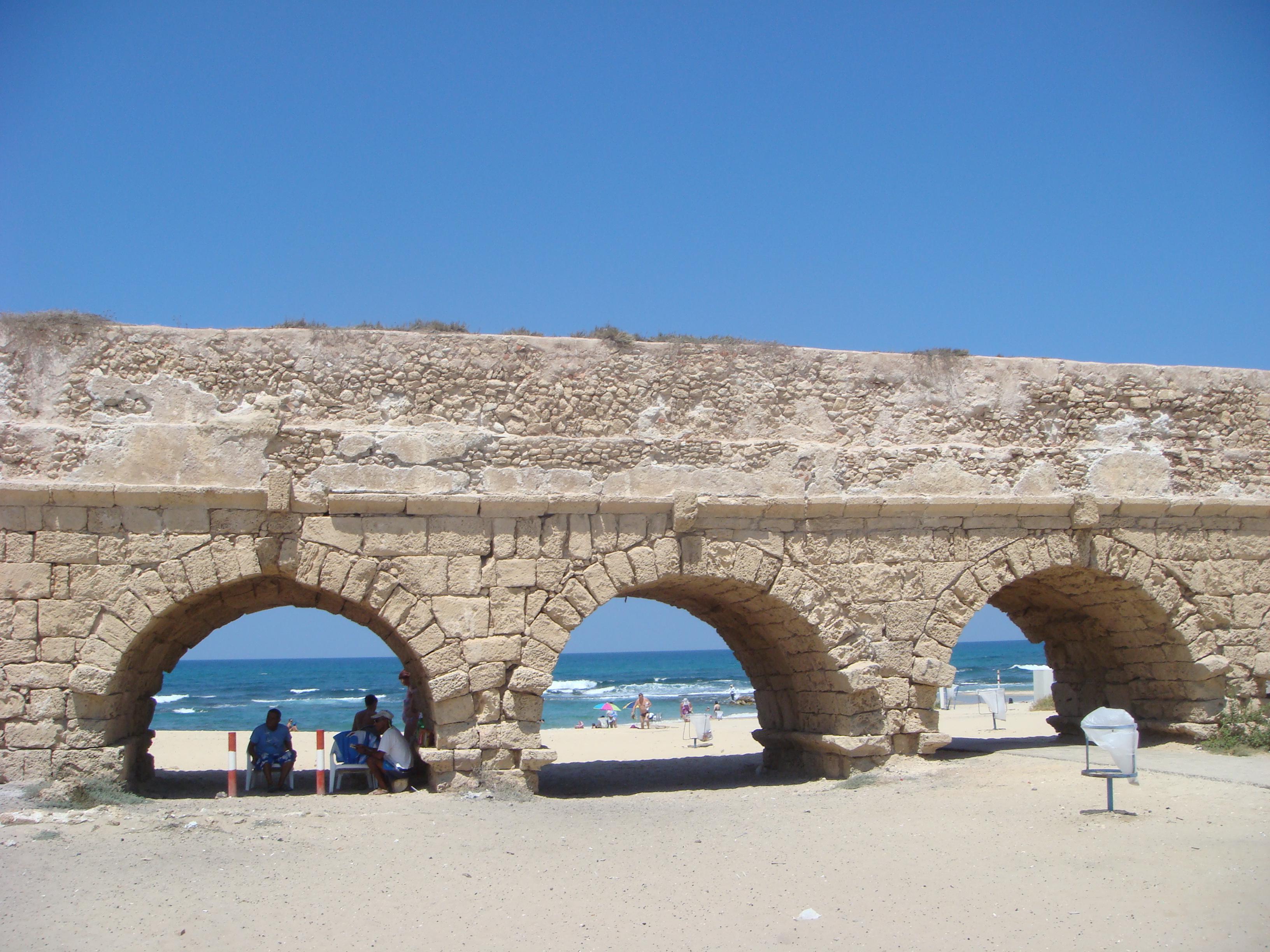 File:Ancient Roman aqueduct in Caesarea Maritima DSC05187.JPG