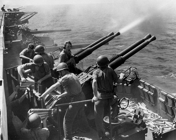 """Le """"Souverain"""" dans les mers du sud Bofors_firing_USS_Hornet"""
