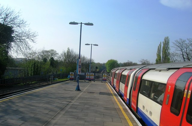 Brent Cross Underground Station platforms, looking north - geograph.org.uk - 1298336