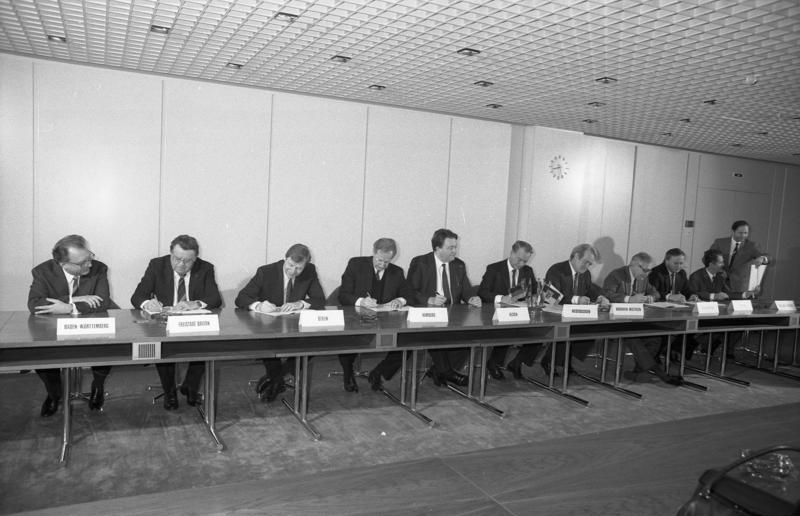 File:Bundesarchiv B 145 Bild-F074847-0022, Bonn, Bundesrat, Medienstaatsvertrag.jpg