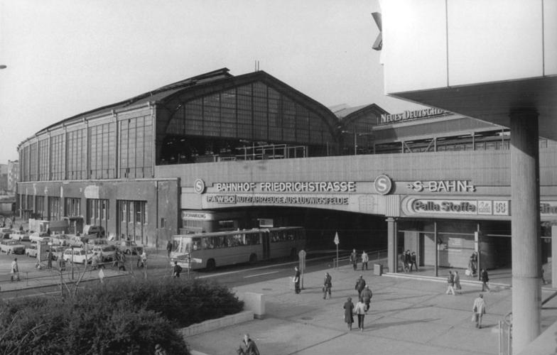 Bundesarchiv Bild 183-1982-1115-304, Berlin, Bahnhof Friedrichstraße