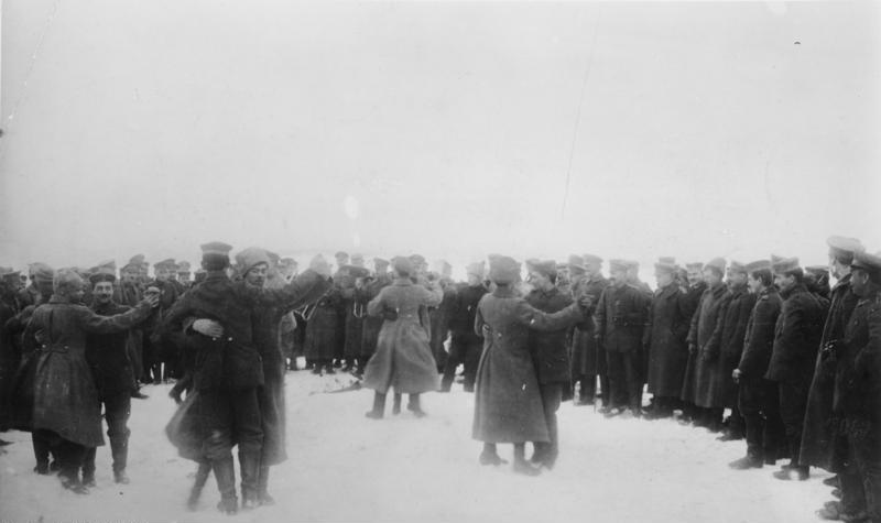 Russische und deutsche Soldaten feiern während des Waffenstillstands an der Ostfront Verbrüderung