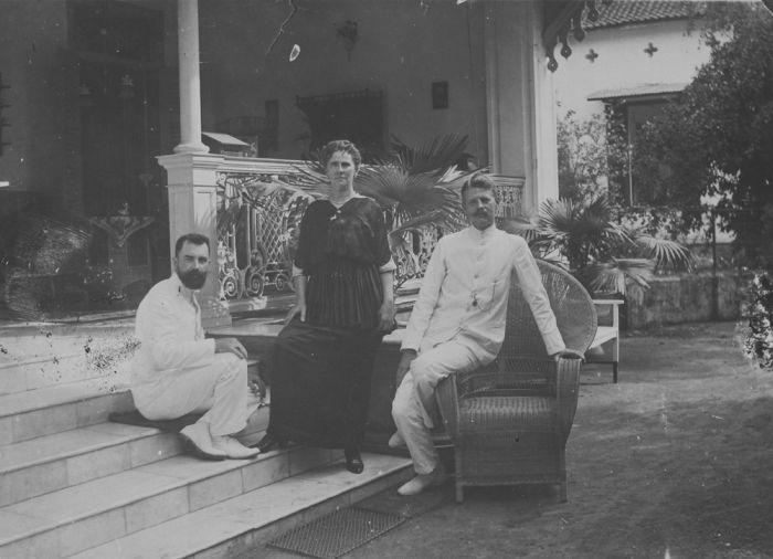 File collectie tropenmuseum portret van drie europeanen onder wie ir overveldt directeur van de - Huis trap ...