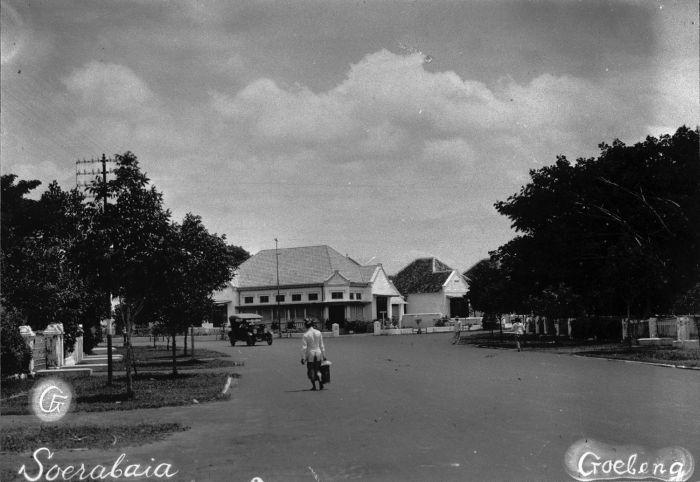 Ini adalah suasana Jalan Gubeng pada jaman dulu. Tidak banyak bangunan, berbeda dengan sekarang (sumber : wikipedia)