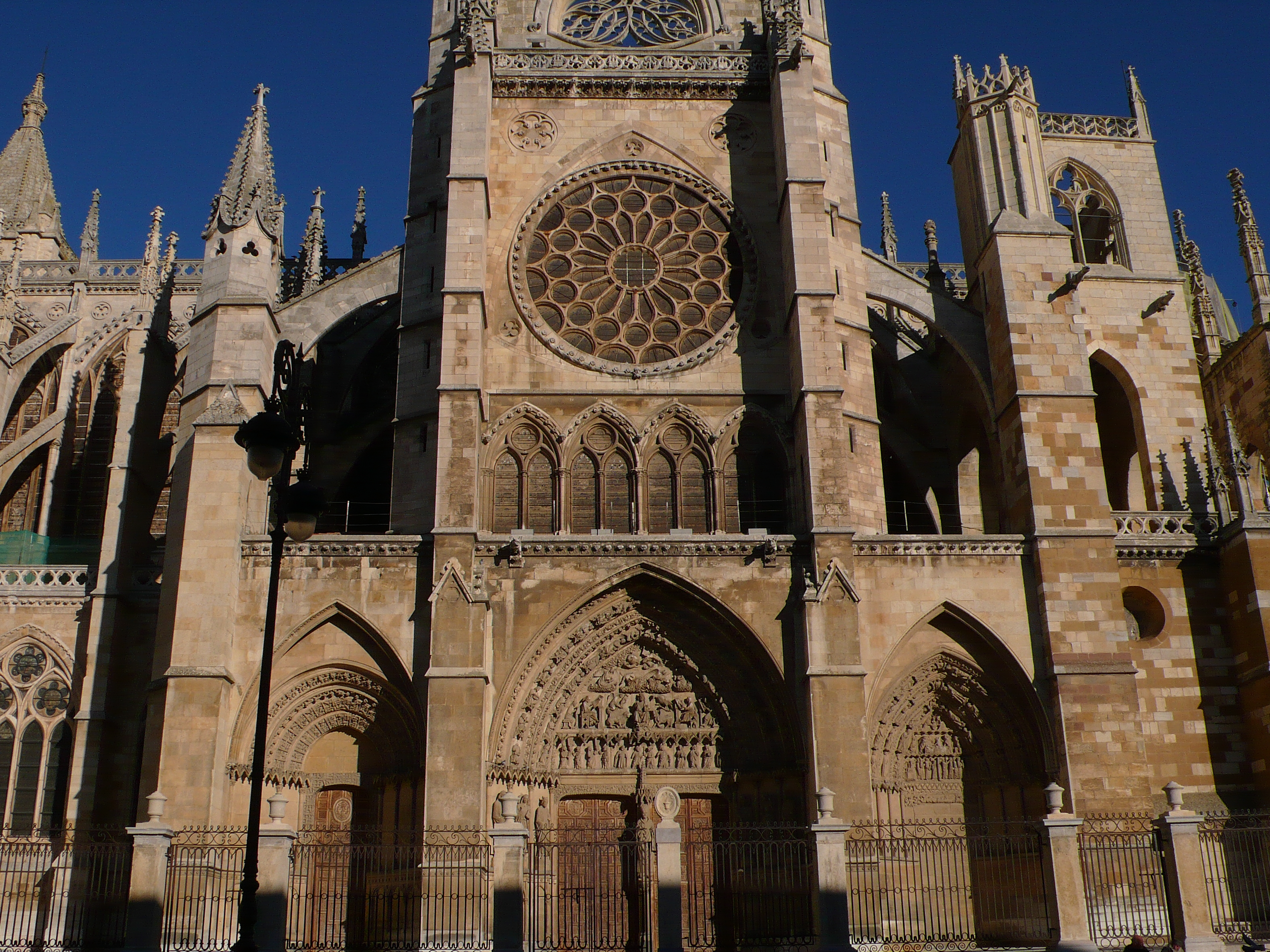 File:Catedral de León. Fachada meridional.jpg - Wikimedia Commons