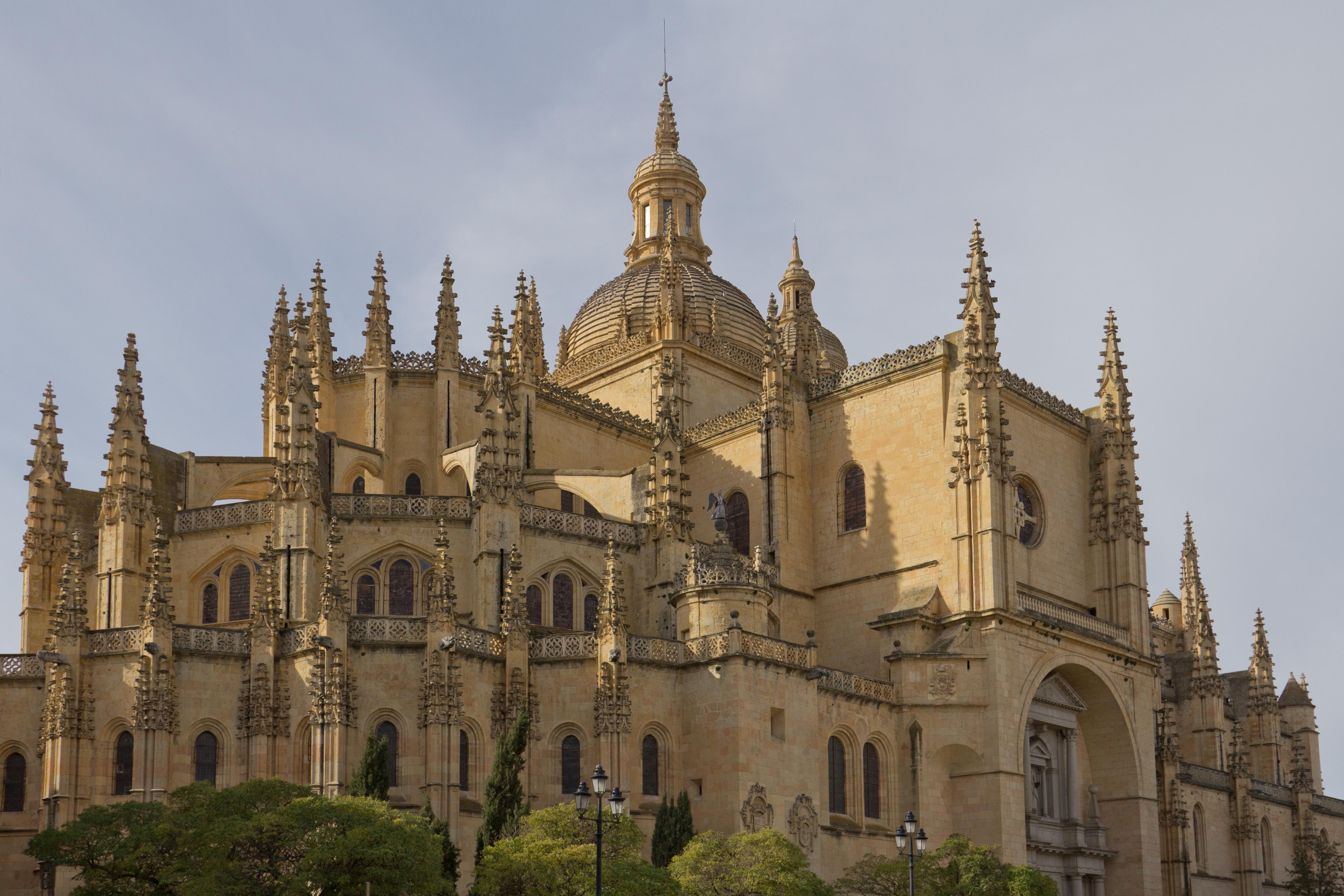 File:Catedral de Santa María de Segovia - 04.jpg - Wikimedia Commons: https://commons.wikimedia.org/wiki/File:Catedral_de_Santa_María_de...